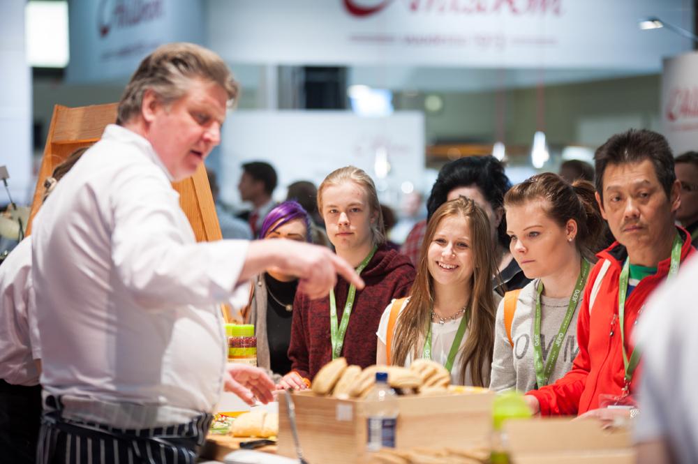 """Myllyn Paras ja """"Fleppa Lippa"""" Gastro-messuilla viime keväänä. Chef Luola näyttää, miten kätevästi Lippa-sämpylä täytetään."""