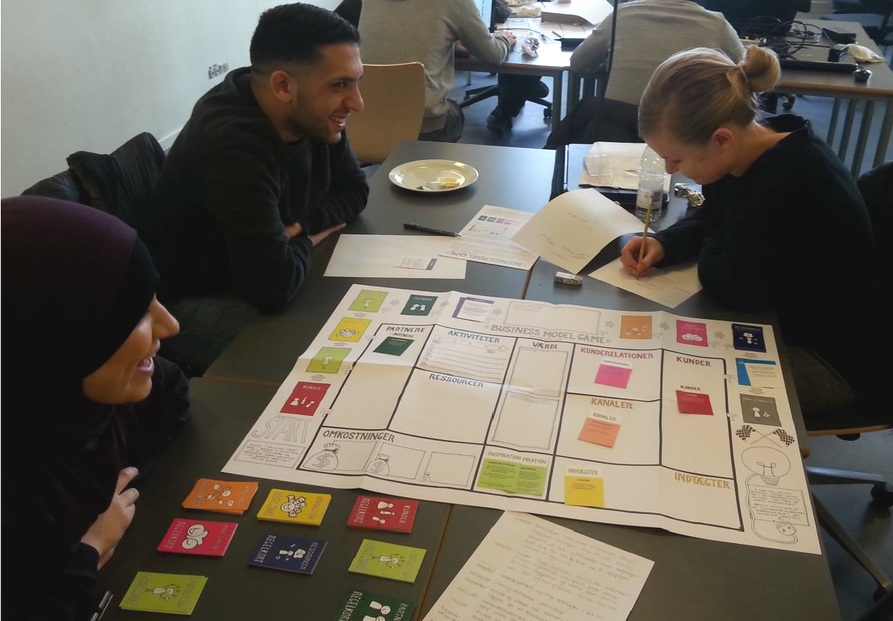 WORKSHOP - Vi afholder workshops for virksomheder, organisationer og uddannelsesinstitutioner. Business Model Games formål spænder bredt. Skal i f.eks. udvikle et nyt forretningskoncept, lære om forretningsudvikling eller arbejde med Business Model Canvas på en alternativ måde, så kan spillet hjælpe jer. Læs mere om workshops:UddannelserVirksomheder