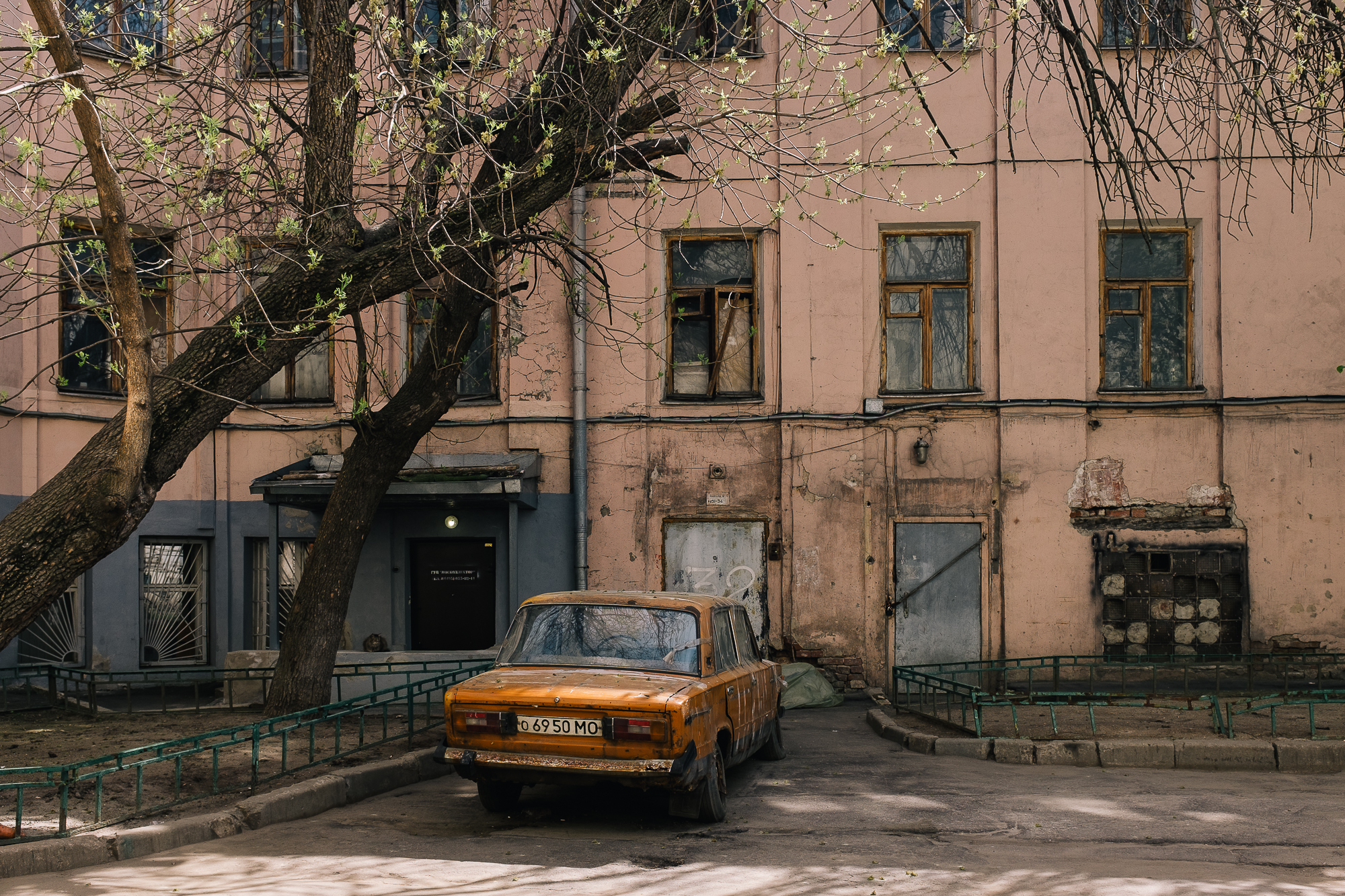 """Les modèles de la marque Moskvitch, voiture typique sous l'URSS, sont encore très présentes sur les routes du pays. Faute d'argent ou par amour pour la marque certains modèles sont """"modernisés"""" mais leur confort reste sommaire."""