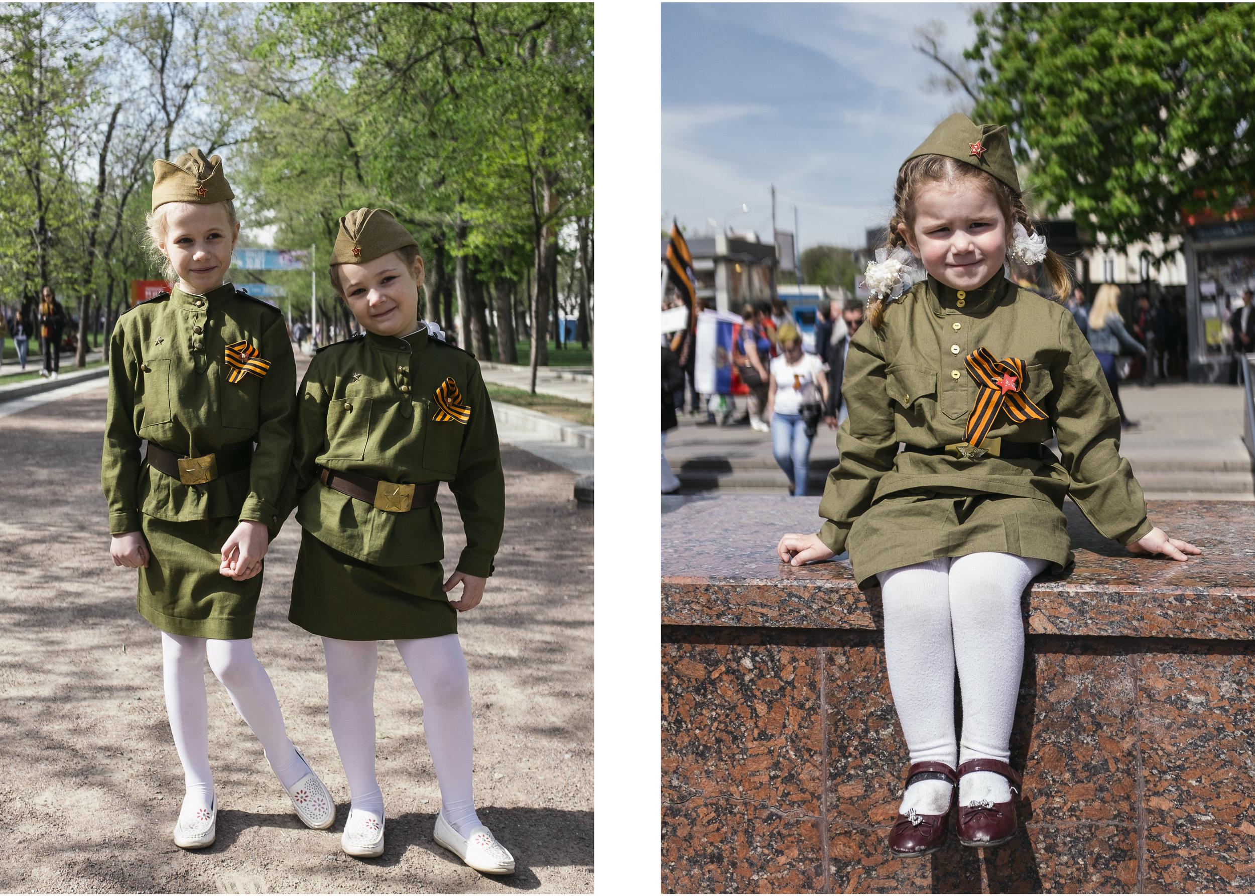 Jeunes filles arborants des reproductions d'uniformes soviétiques avec notamment le ruban de St Georges, symbole de la victoire sur l'Allemagne nazie et devenu symbole du patriotisme russe.