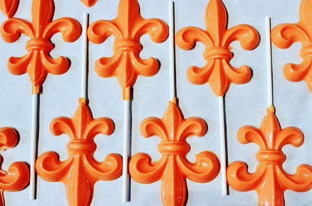 ⚜️🧡⚜️ . . . . . . . . . . . #fleurdelis #louisville#louisvilleky #derbycity #whitechocolate #chocolate #partyfavors #derby #louisvillelove #locallymade
