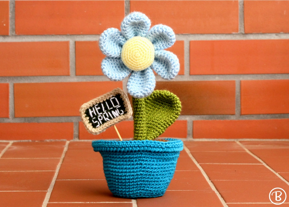 Crochet flower in yarn pot