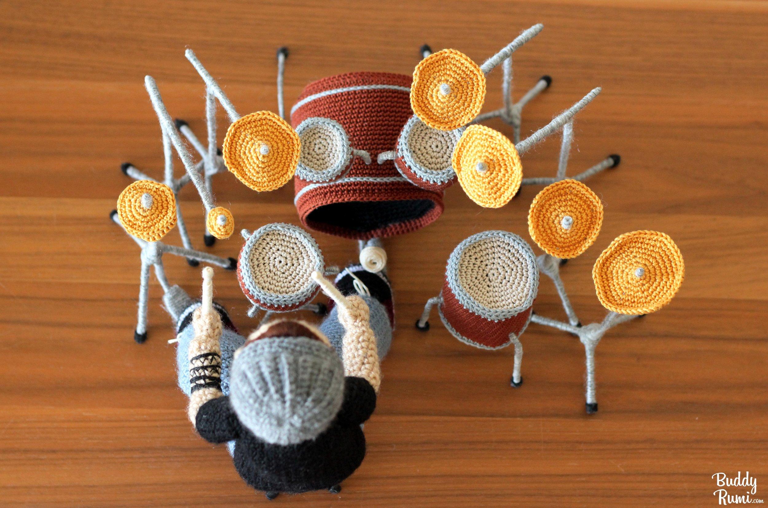 Crochet mini amigurumi drummer