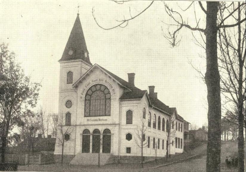 Bilden som sannolikt taget senast något år efter invigningen 1909 visar den färdigställda missionskyrkan.Ur Minnesskrift Lutherska Missionsföreningen i Stockholm 1871-1921.