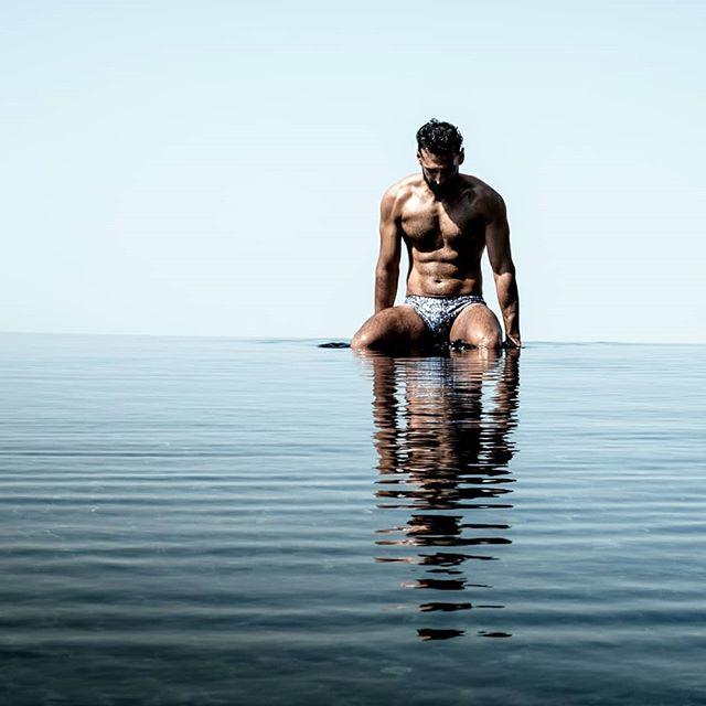 ENDLESS SUMMER.  HEARTTHROB @daakiya soaking up the sun in ultimate style in his @holasbeachwear brief VERANO INTERMINABLE.  EL ROMPE CORAZONES @daakiya toma el sol a la última moda con su bañador #HolasBeachwear. #getwetinstyle#beachtrunks#bathingtrunks#swimtrunks#beach#swimmingtrunks#beachwear#swimwear#mens_swimwear#holasbeachwear  #poollife#summer#ibiza#mykonos#trajesdebaño#mensstyle#fashion#gentlemen#styleguide#italy#greece#miami#newyork #paris #luxury #resort