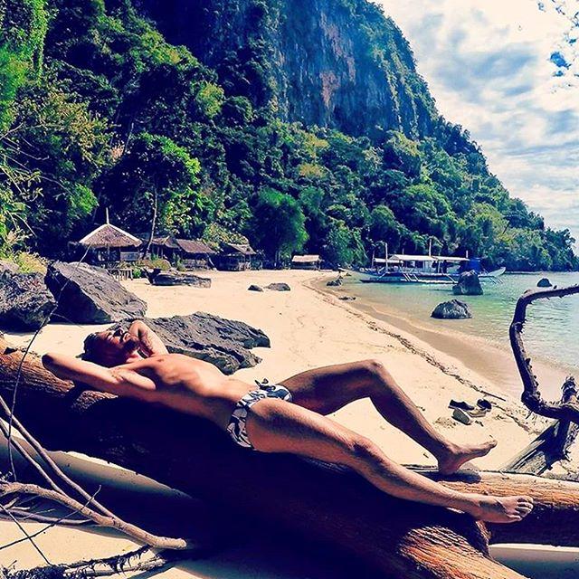 WHAT A VIEW!  @pee_rubio looking SUPERB on the Philippine shores wearing his #Holasbeachwear.  Have you got yours? ¡QUE VISTAS!  @pee_rubio luce MAGNÍFICO a las orillas de la Isla Filipina con su @Holasbeachwear. ¿Tienes el tuyo? #getwetinstyle#beachtrunks#bathingtrunks#swimtrunks#beach#swimmingtrunks#beachwear#swimwear#mens_swimwear #poollife#summer#ibiza#mykonos#trajesdebaño#mensstyle#fashion#gentlemen#styleguide#italy#greece#miami#newyork #paris #luxury #resort