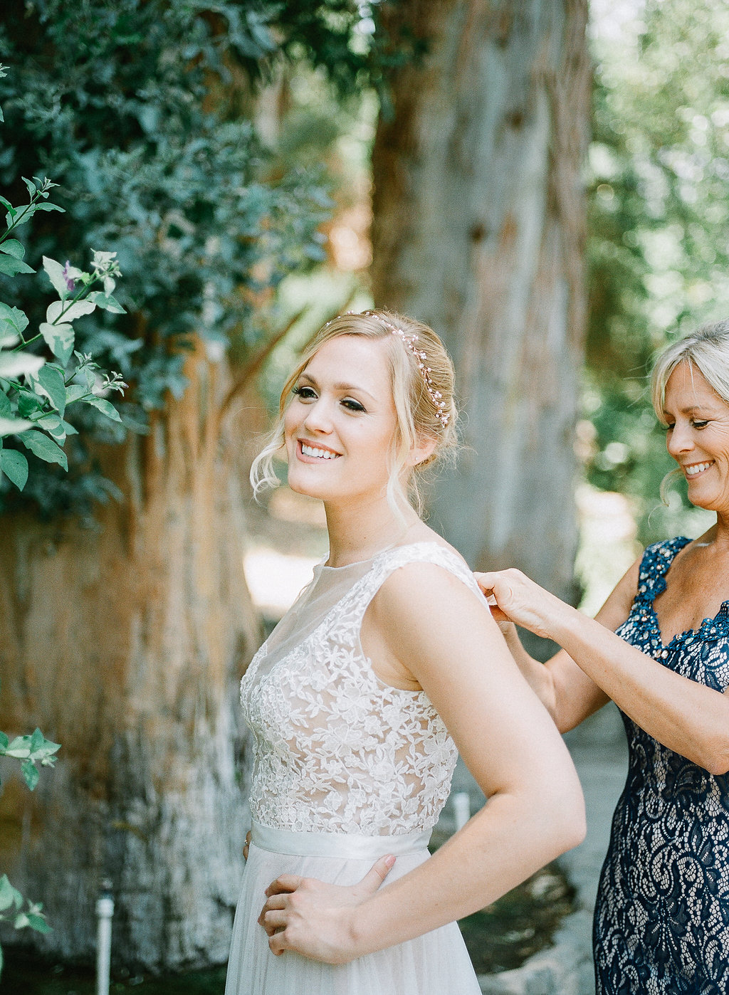 Bride getting ready with mother | Fallbrook Treehouse | Compass Floral | Wedding Florist in San Diego and Southern California | Allie Lindsey Photography