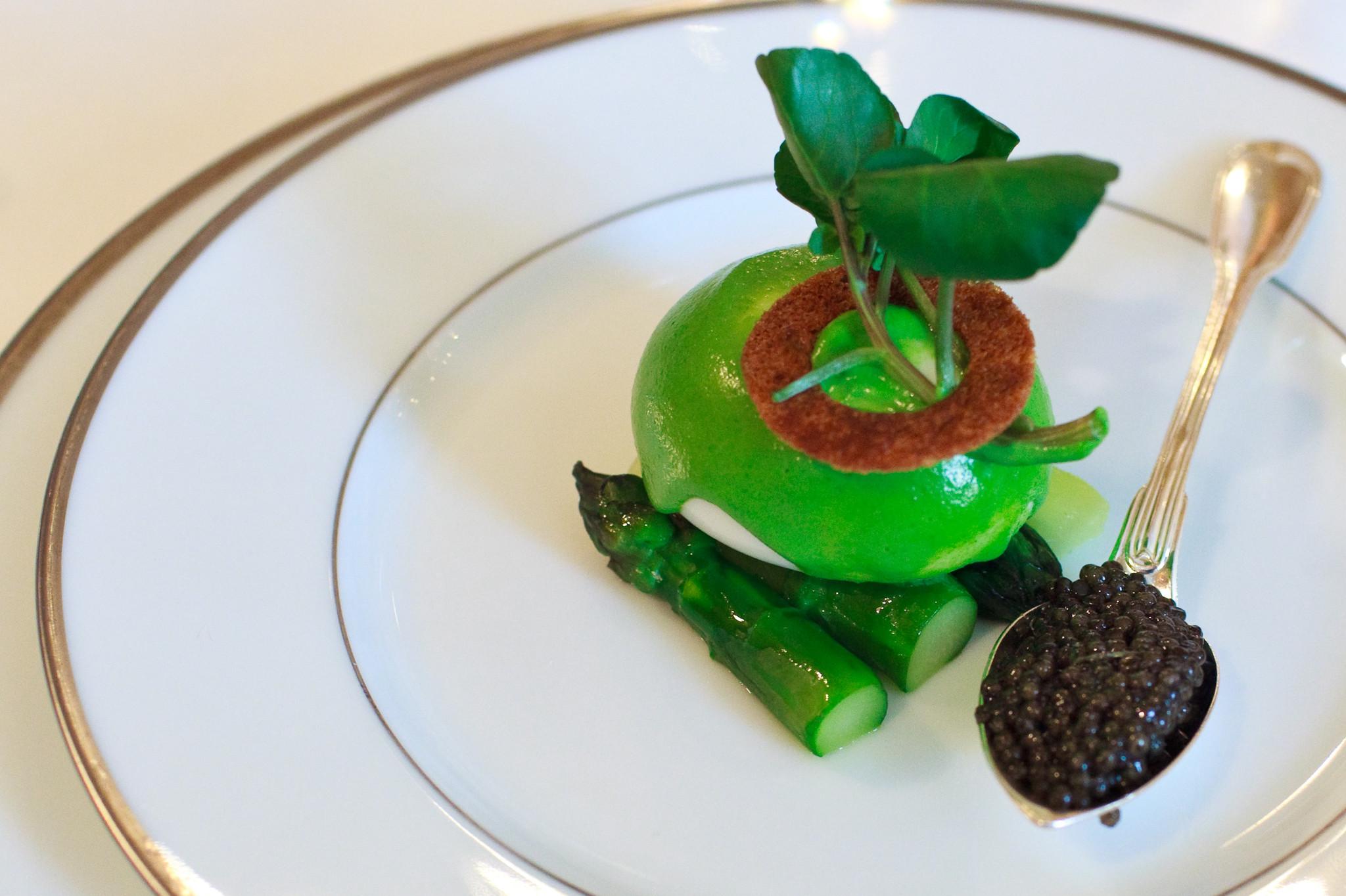 Chaud-froid d'oeufs mollets au cresson, asperges vertes et caviar osciètre gold
