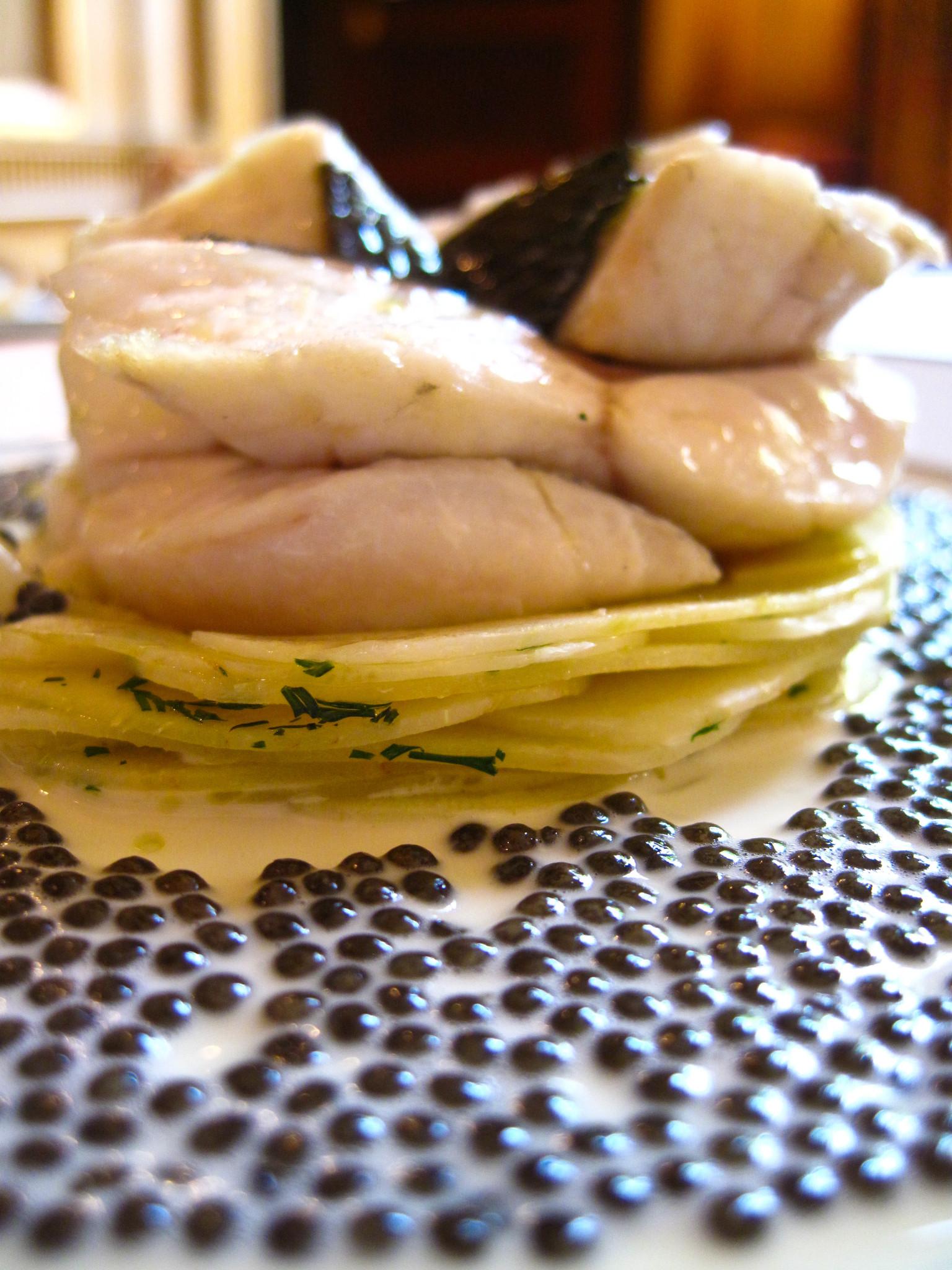 lAmbroisie-Escalopines-de-bar-à-lémincé-dartichaut-nage-réduite-caviar-osciètre-gold-gros-plan.jpg