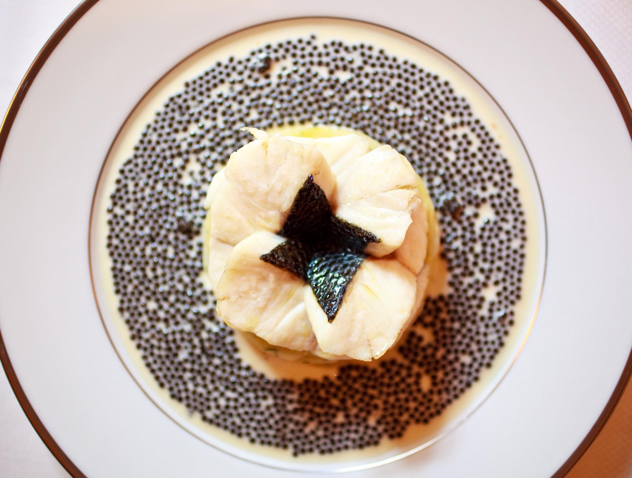 lAmbroisie-Escalopines-de-bar-à-lémincé-dartichaut-nage-réduite-caviar-osciètre-gold.jpg