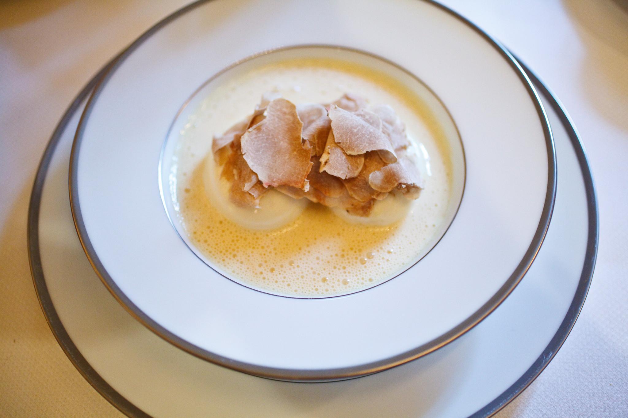lAmbroisie-Oeufs-mollets-à-la-florentine-râpé-de-truffe-blanche-dAlba-overhead.jpg