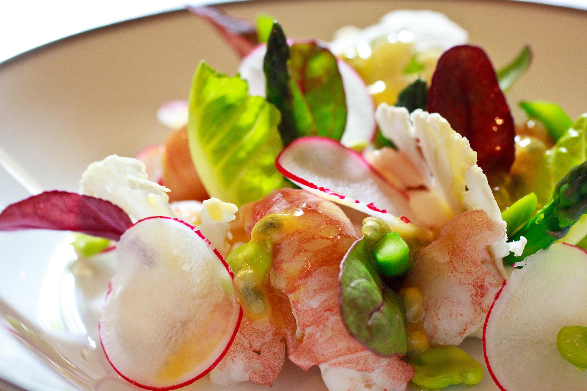 lAmbroisie-Salade-décrivisses-mousseline-de-chou-fleur-vinaigrette-aux-fruits-de-la-passion.jpg