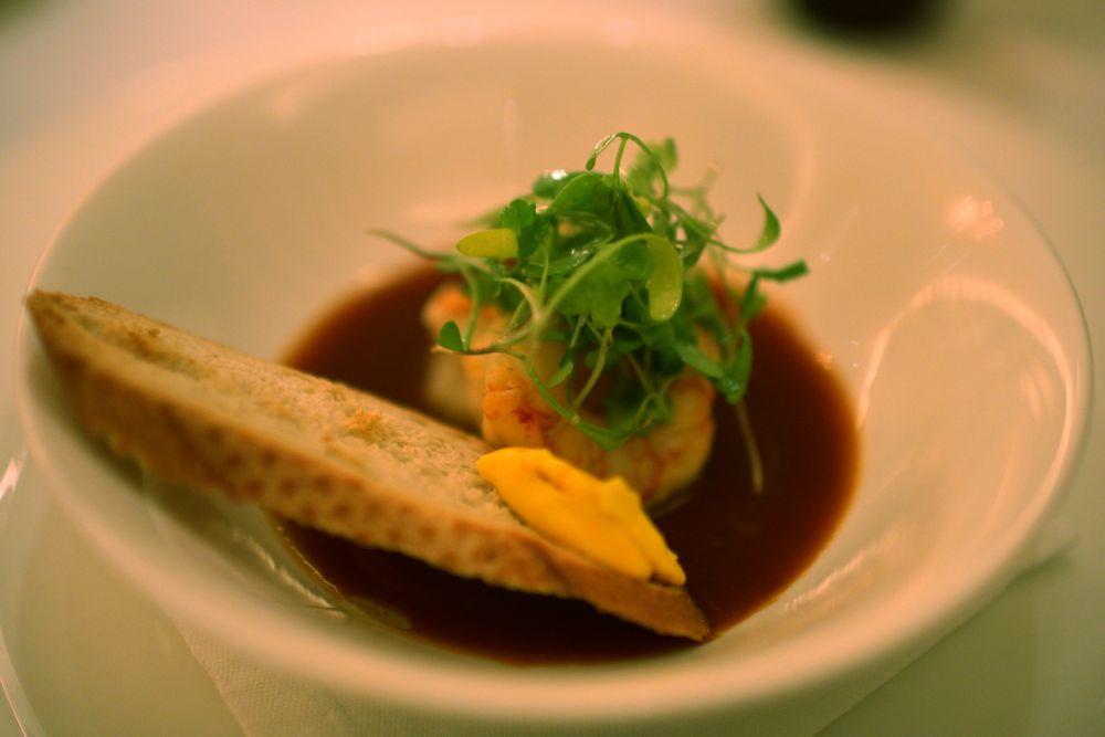 Langostinos ecuatoriales salteados con reducción de bouillabaisse, crôuton de salsa rouille