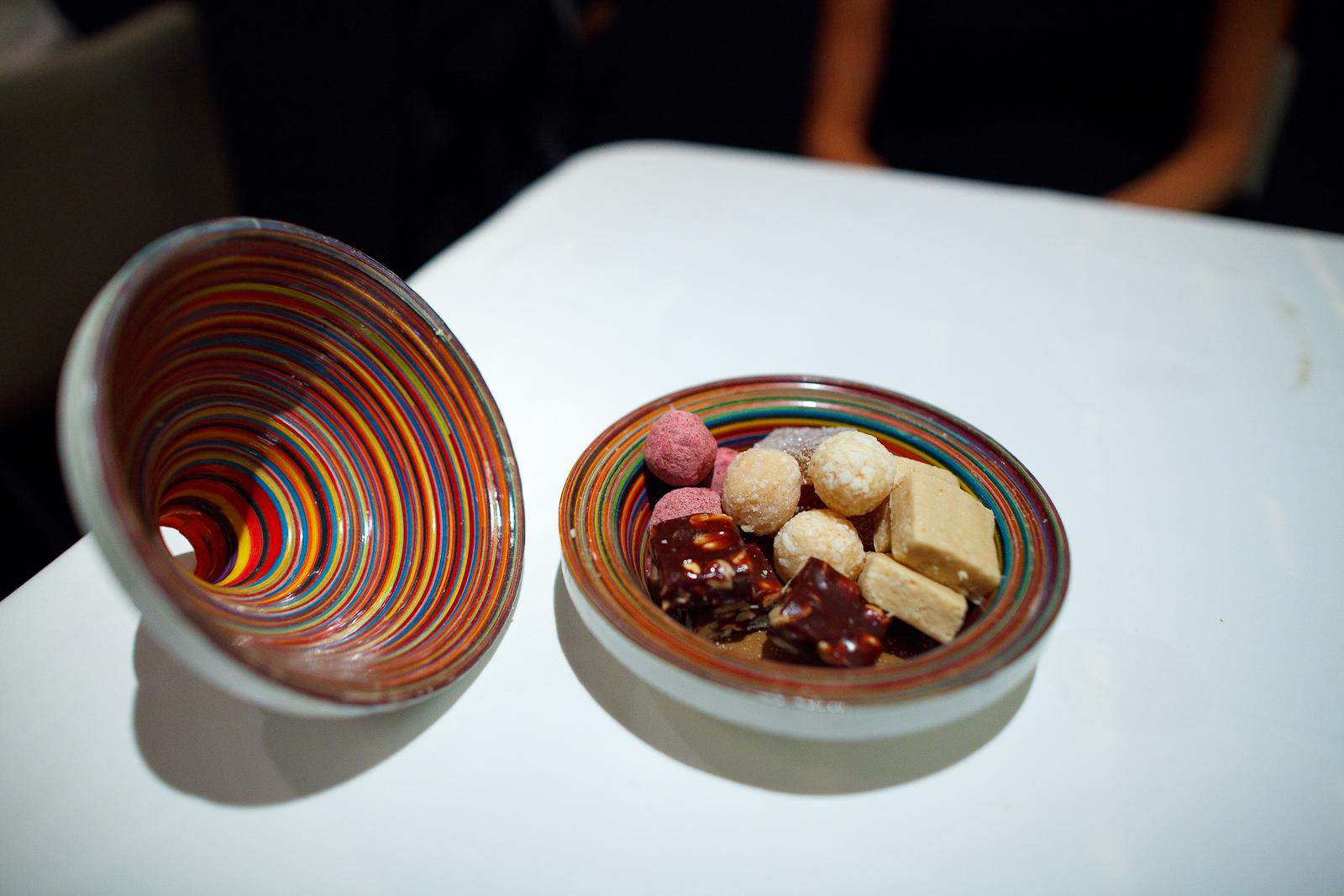 Amuses bouches: chocolate de caramelo con cacahuate, cocada, mazapán, trufa de chocolate oaxaqueño con jamaica, gomita de tamarindo