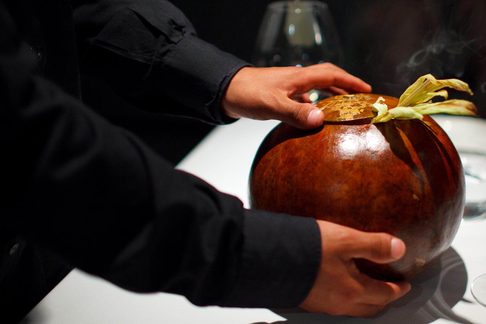 Amuse Bouche: Elotitos tatemados con mayonesa de café y polvo de chicatana (hormiga) (Smoked baby corn with coffee mayonnaise and ant powder), interior