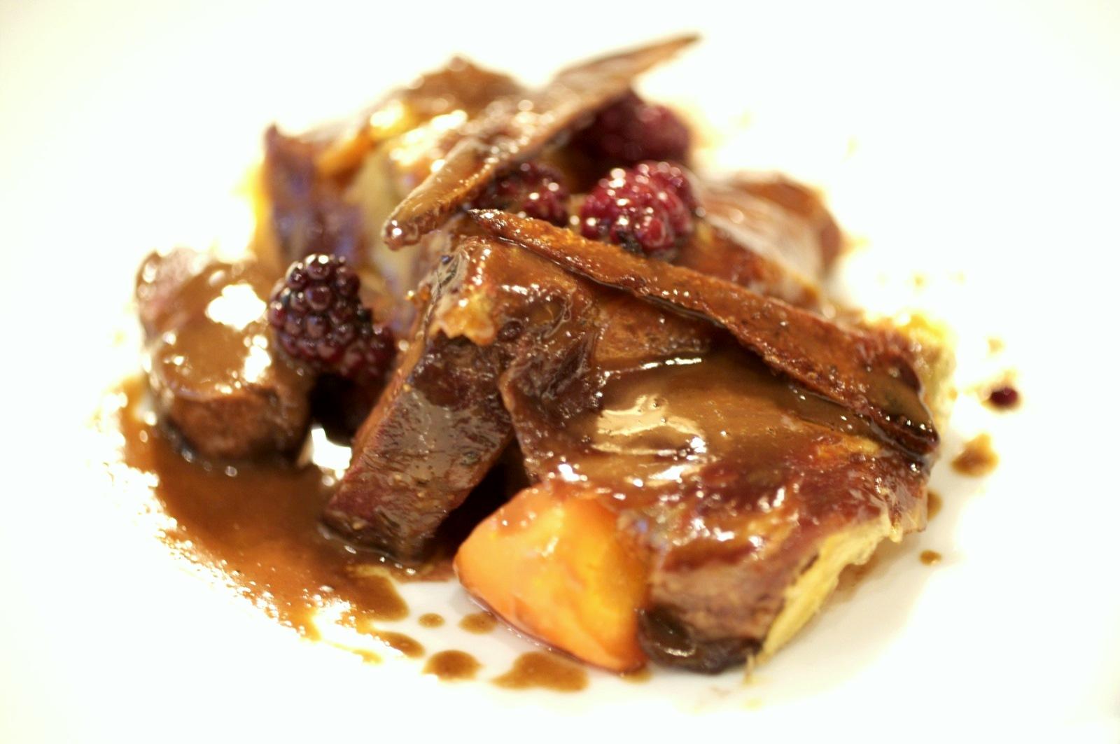 Pierre Gagnaire, Paris - Petit canard Pékin rôti entier à l'étouffée, aux aromatiques. Les filets sont taillés en petits pavés; carottes