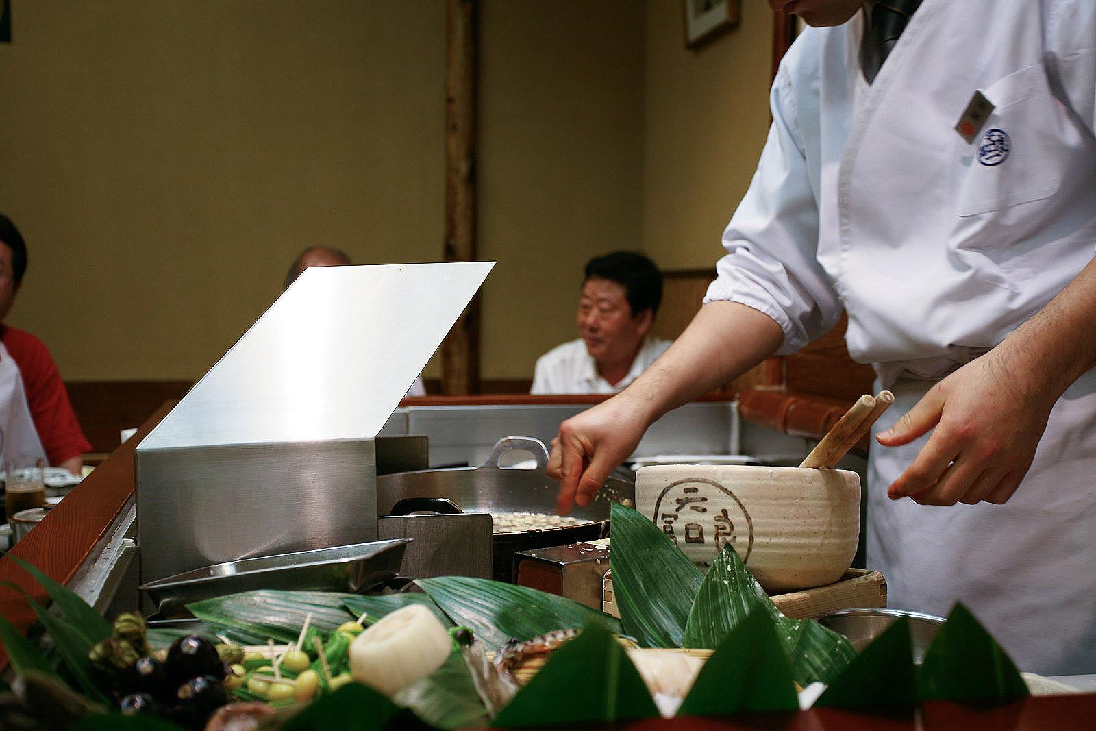 Tenichi, Ginza, Tokyo - Chef fries each piece individually