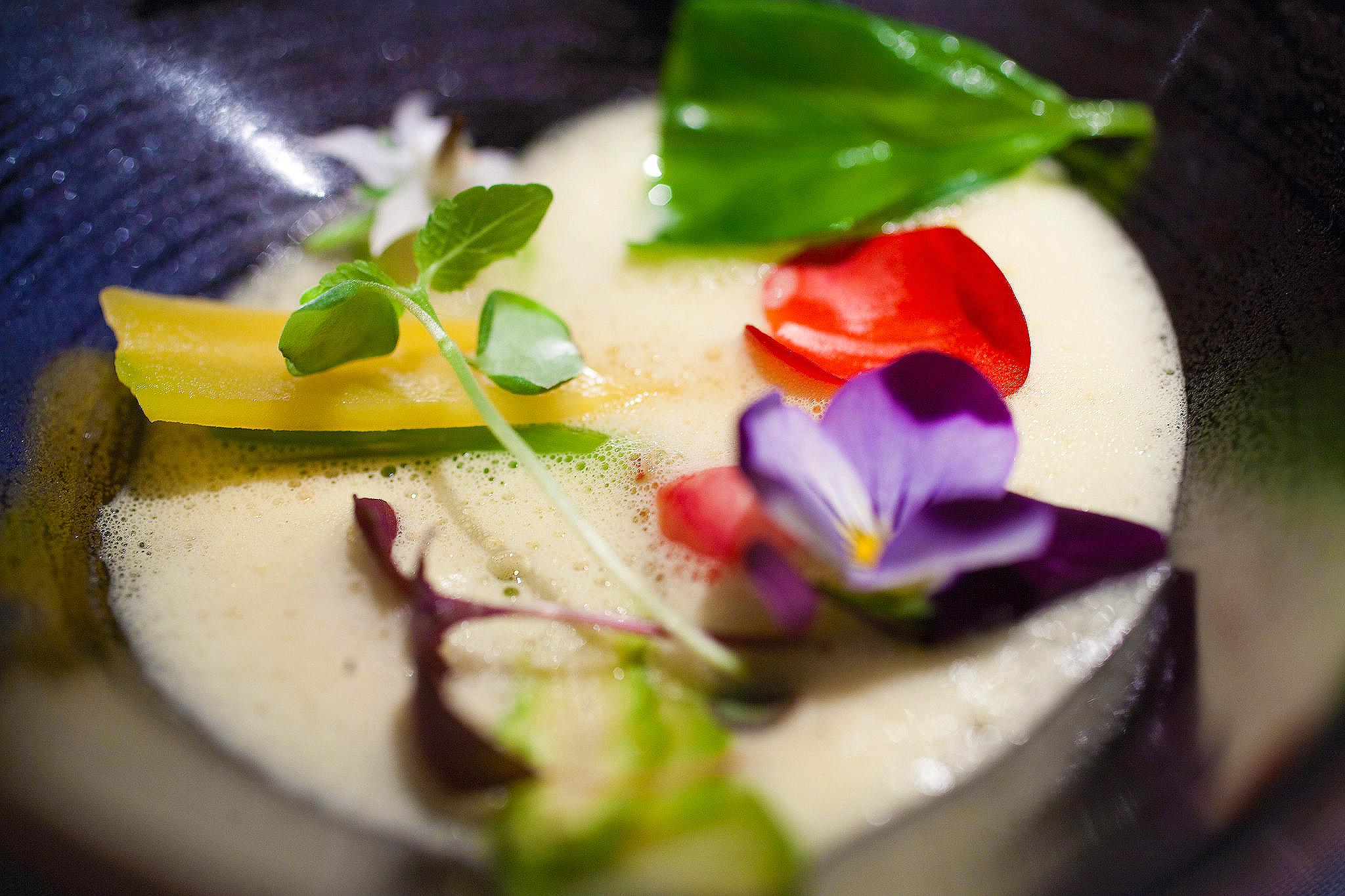 L'Astrance - Langoustines juste poelées, soupe thailandais, legumes et fleurs de printemps