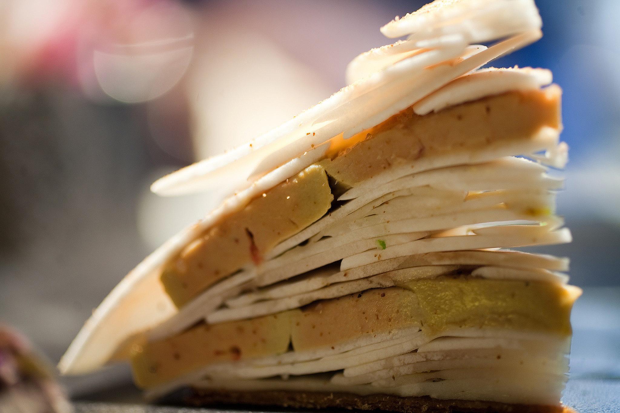 L'Astrance - Galette de champignons de Paris et foie gras mariné au verjus, huile de noisette, citron confit