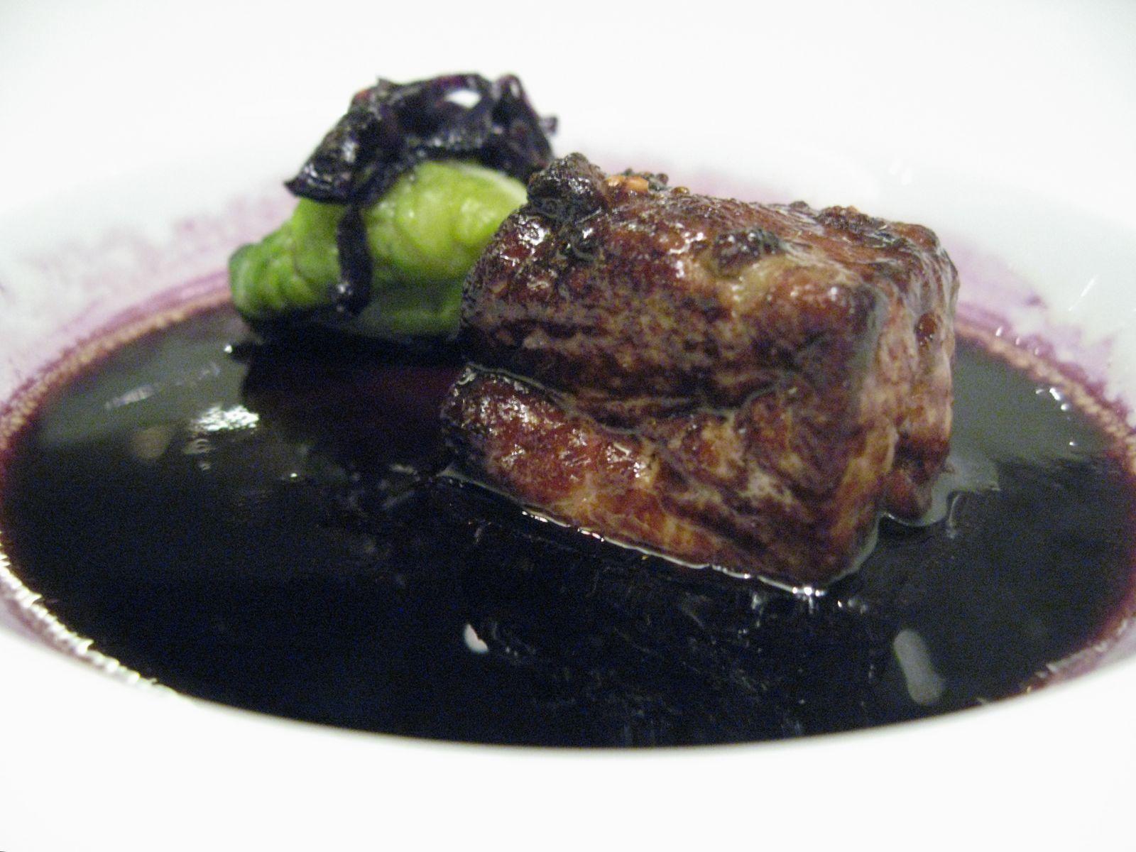 Foie gras de canard rôti et nage de chou rouge, choux frisés au raifort et moutardes