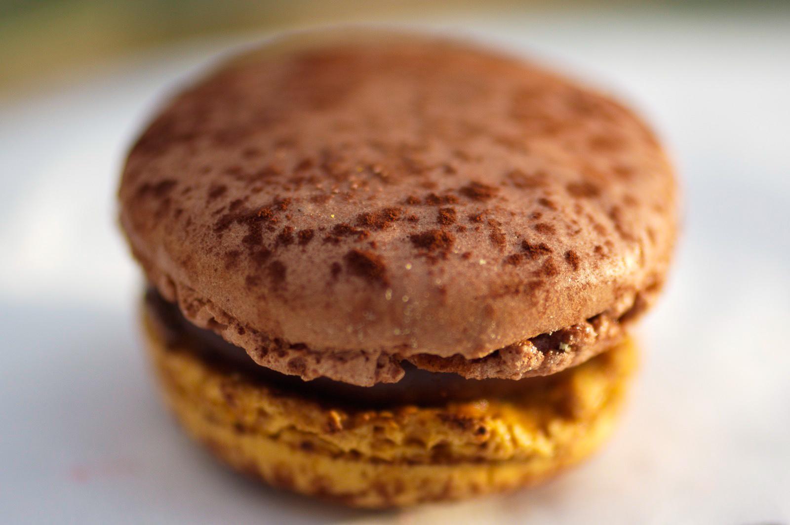 Pléntitude Chocolat & Caramel - biscuit macaron chocolat, ganache au chocolat-caramel et éclats de chocolat à la fleur de sel
