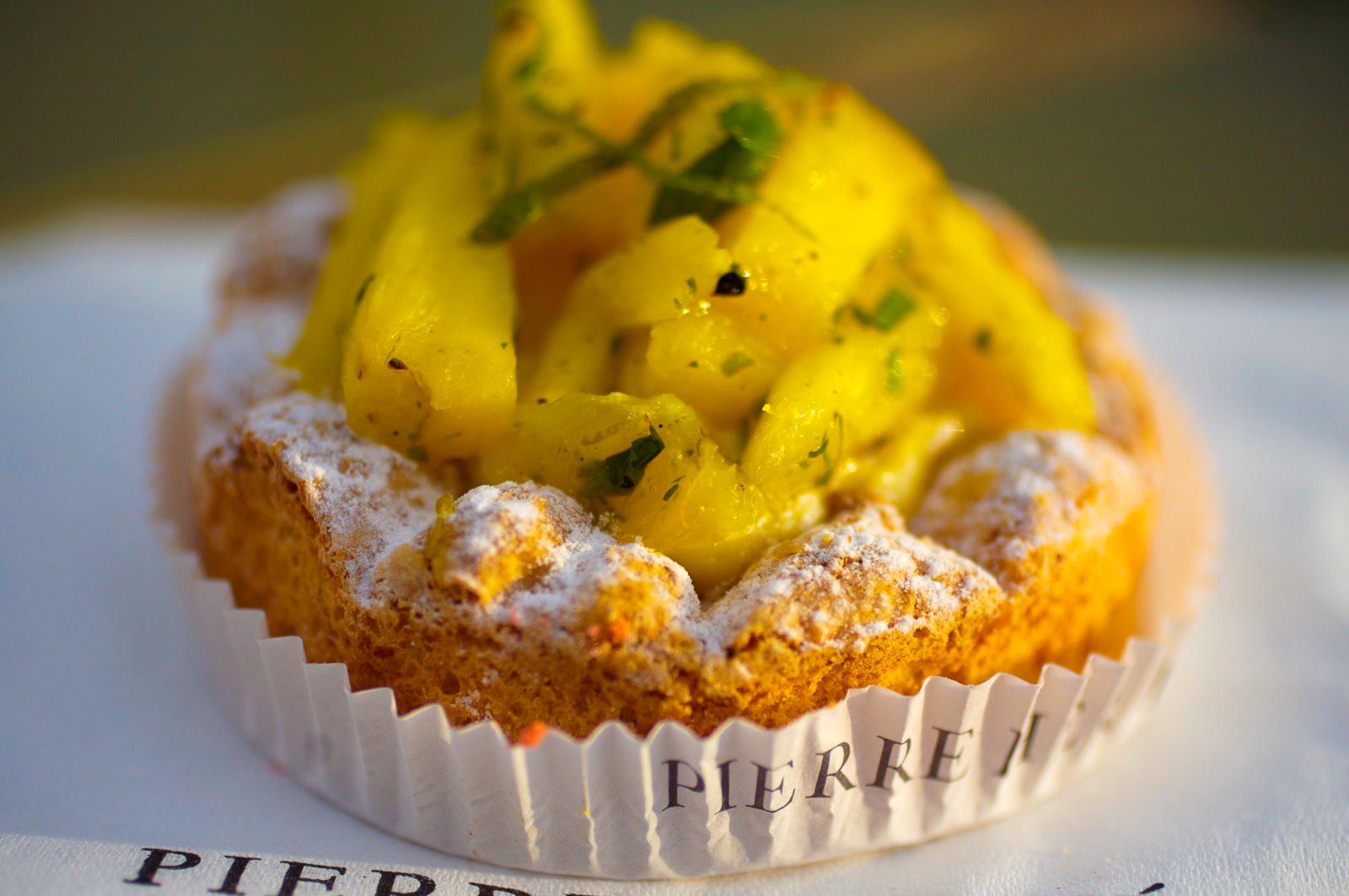 Victoria - biscuit dacquoise aux amandes et à la noix de coco, crème mousseline à la noix de coco, ananas