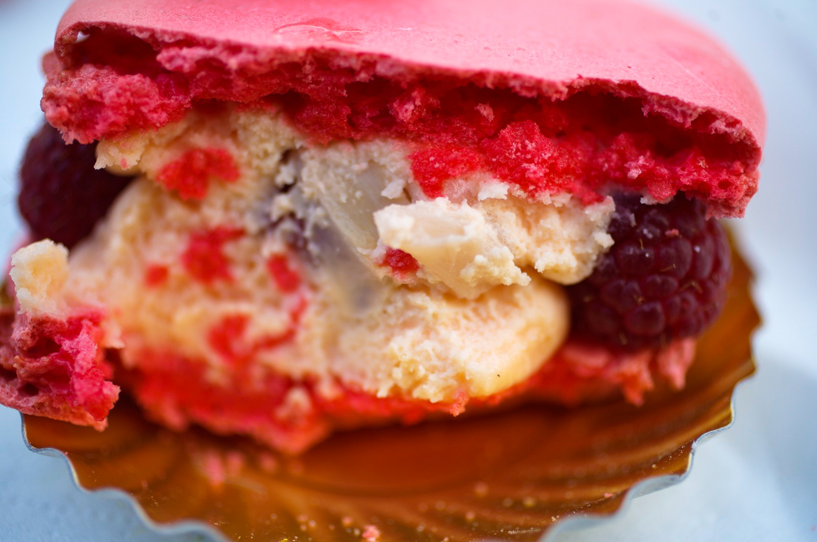 Ispahan - biscuit macaron à la rose, crème aux pétales de rose, framboises entières, letchis inside