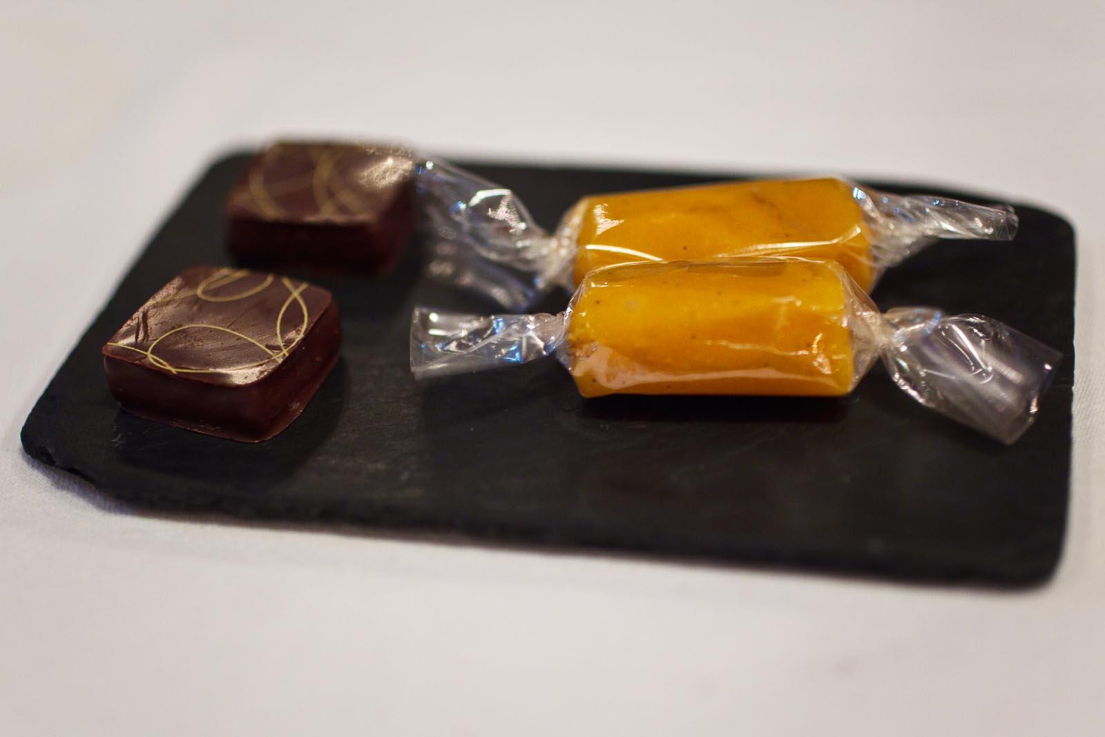 L'Agapé - Petit fours - Truffe à la fève tonka, crème caramel au fruit de la passion de Jacques Genin