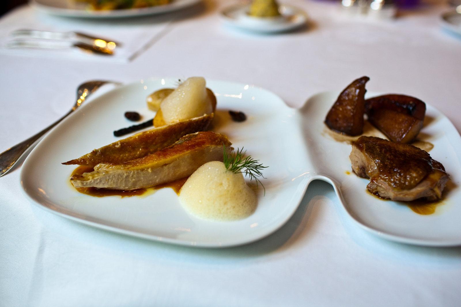Le Cinq - Pintade fermière des dombes, dorée à la feuille de citronnier, melon confit, fenouil, olives noires