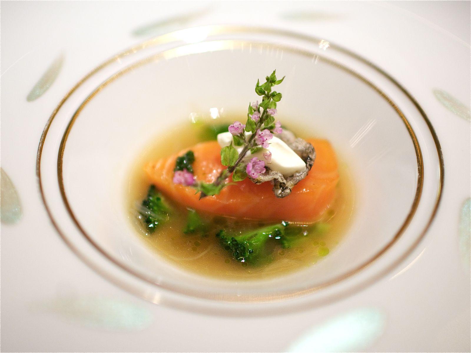 Le Saumon Sauvage d'Ecosse confit avec une nage au gingembre et une fleurette légèrement fumée
