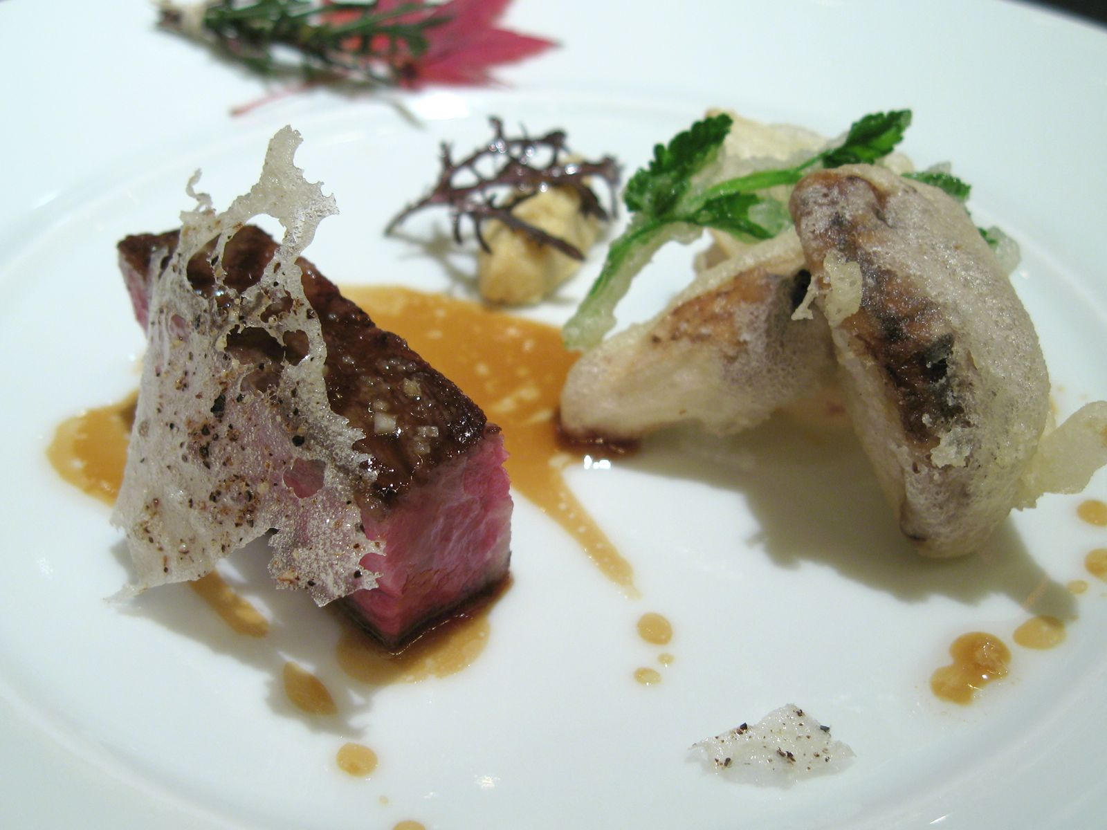 Le Boeuf grillé, cristalline au poivre, matsutaké en tempura et raifort à la moutarde