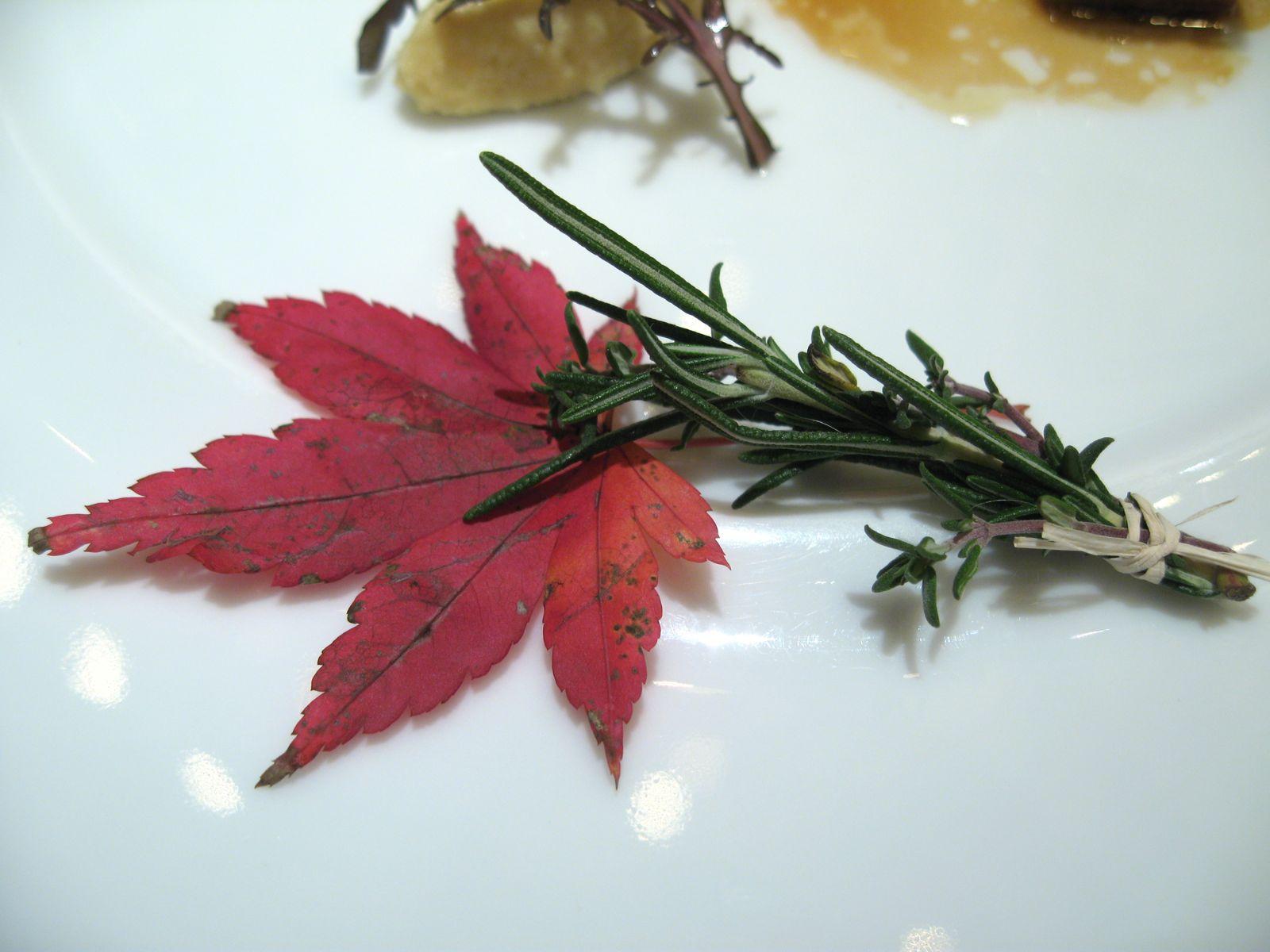 Le Boeuf grillé, cristalline au poivre, matsutaké en tempura et raifort à la moutarde feuille