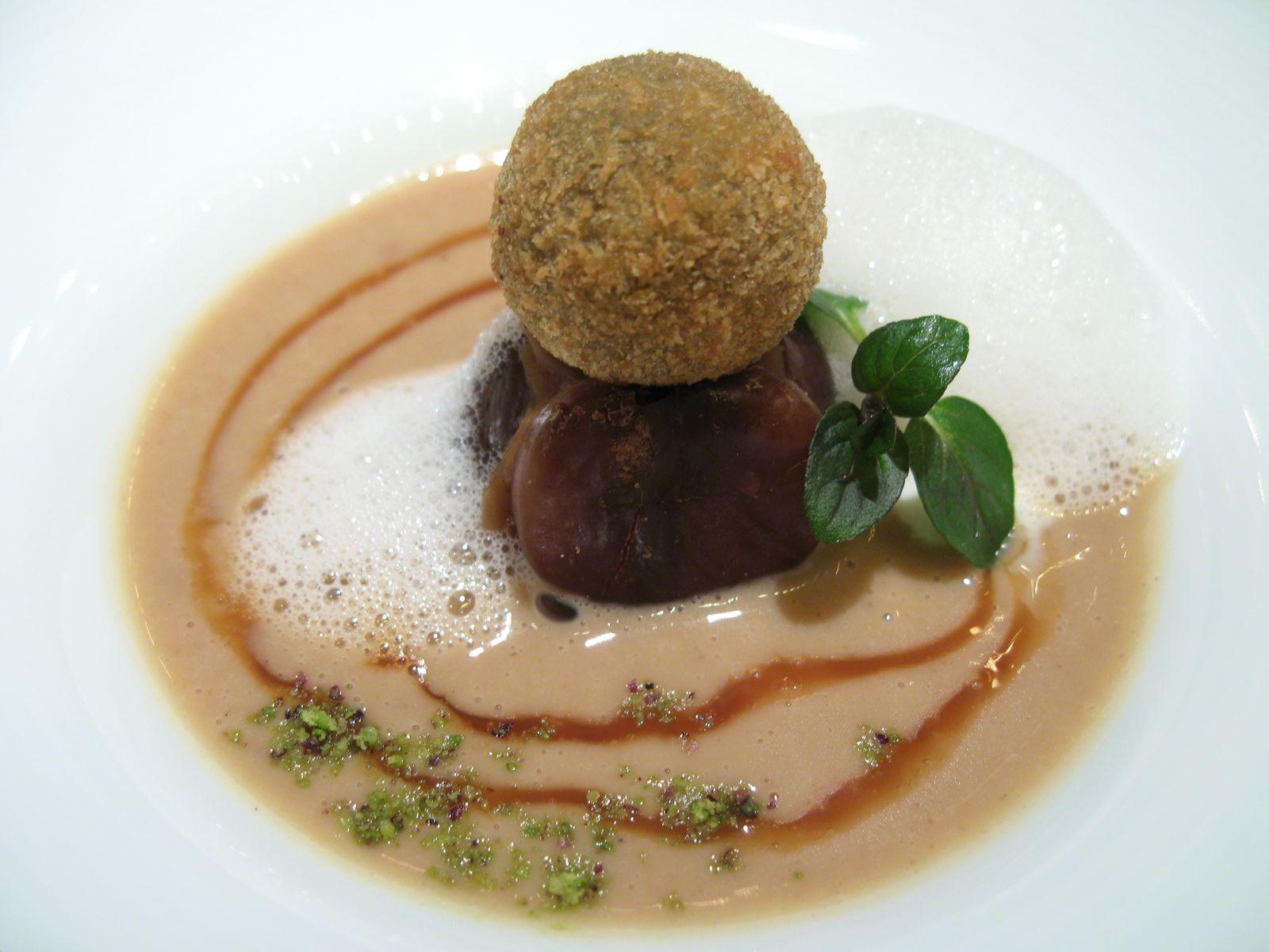 La Châtaigne en soupe parfumée au rhum brun avec des billes de chocolat fondant et une glace au lait