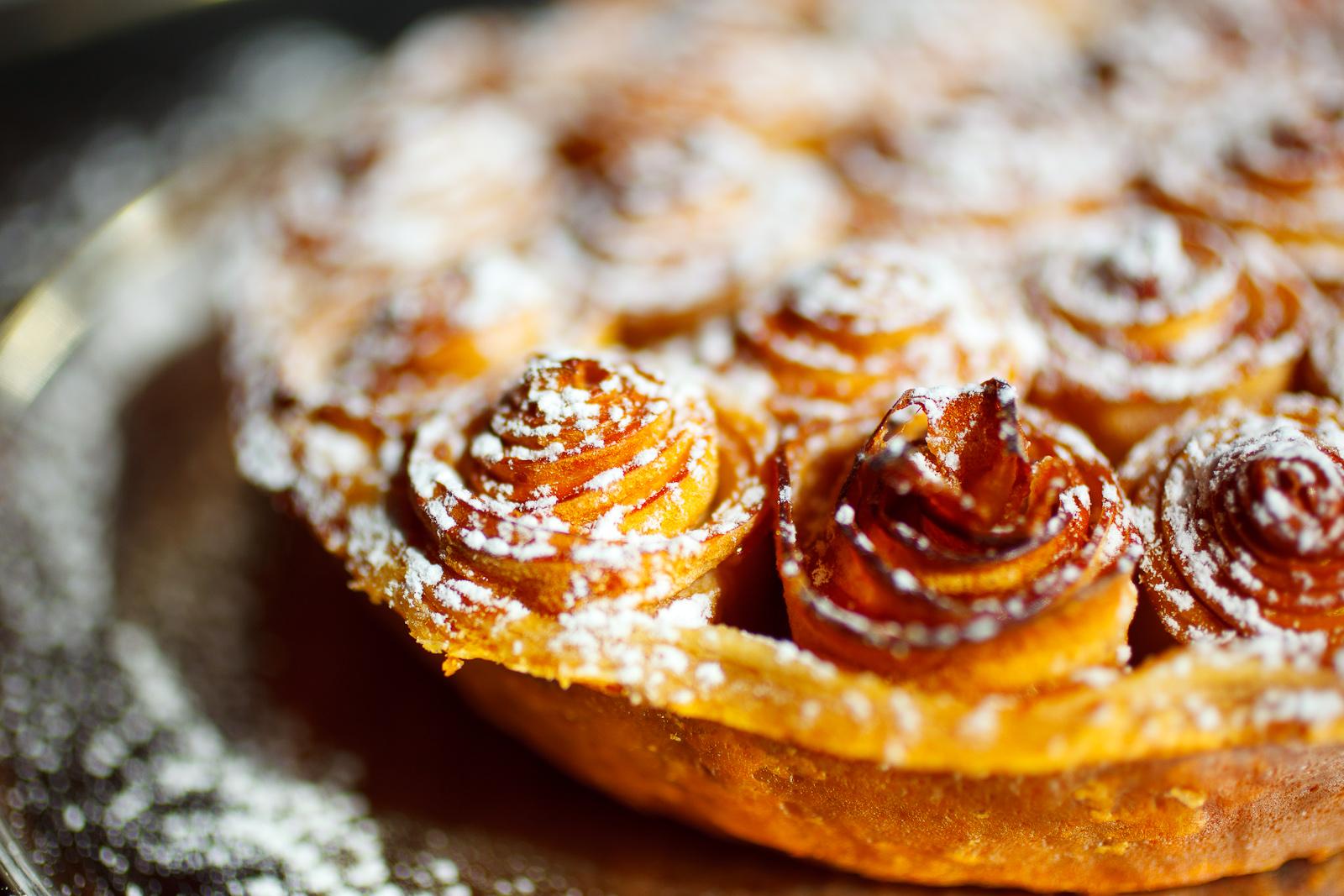 Tarte aux pommes Bouquet de Roses©; caramel au lait, side