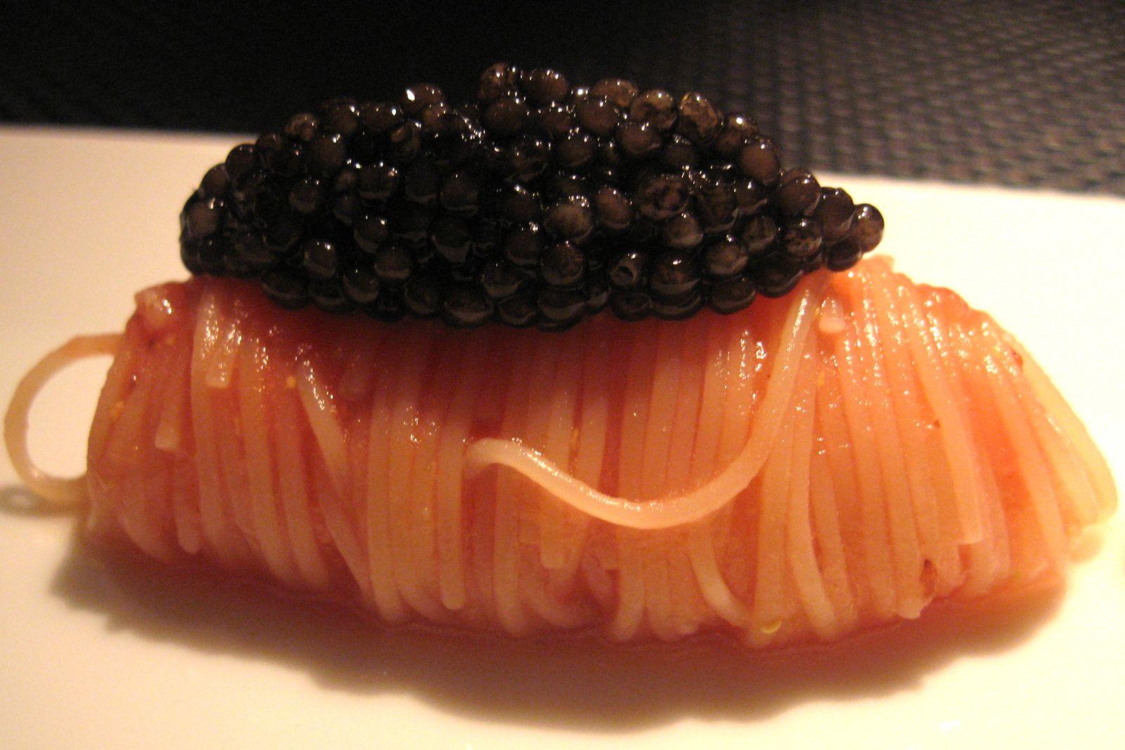 Le Caviar Oscietre sur des capellinis refraîcis aux sucs de tomate