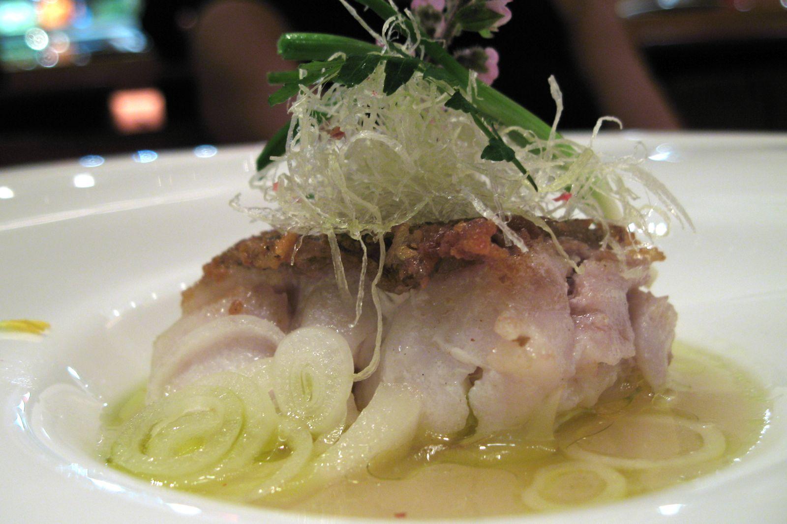 L'Amadai cuit en écailles et servi sur une nage aux bulbe de lys