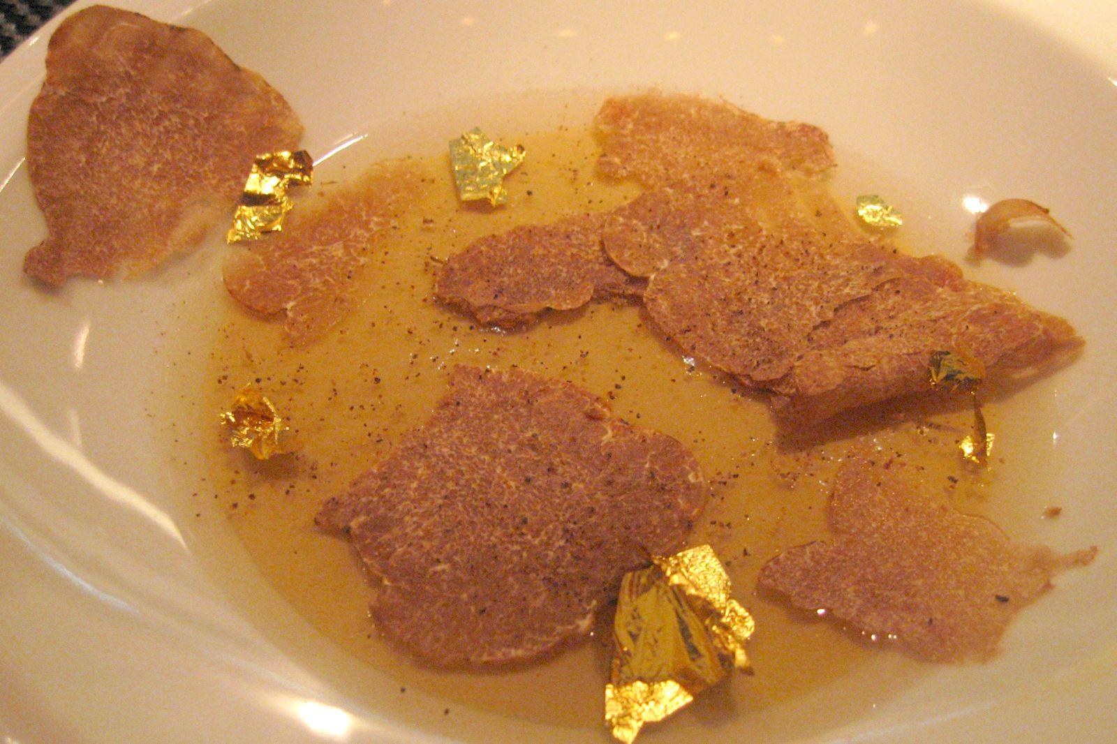 Le Foie Gras de canard une symphonie soyeuse sous une fine gelée à la feuille d'or