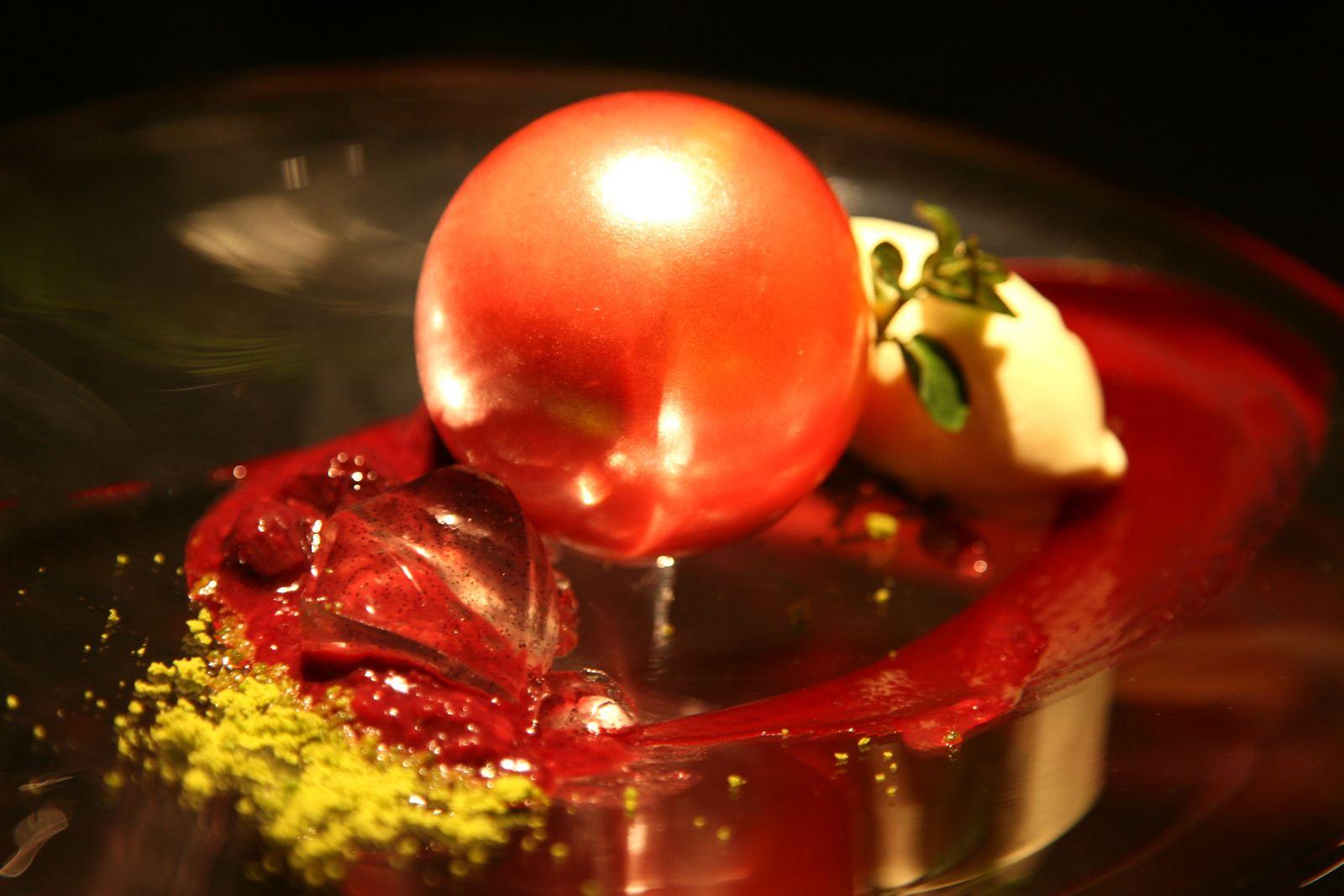Le Sucre - sphère rouge avec une brûlée à la kirsch et des fraises des bois avec une glace à la vanille