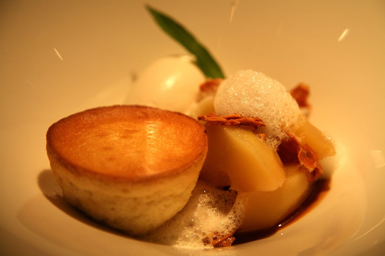 La Poire au caramel avec un soufflé et une glace à l'amande amère