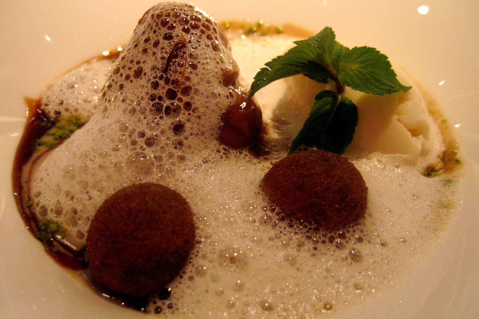 Le Marron accompagné des croquettes au chocolat, les dattes, une soupe aux marrons et une glace au