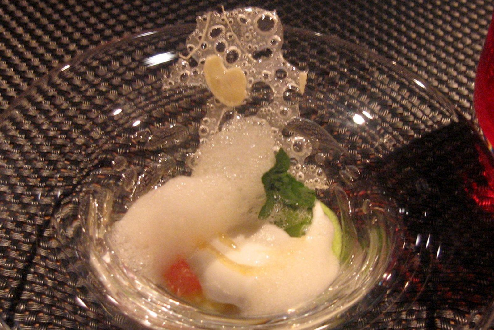 Le Pamplemousse refraîchi avec une gelée à l'olivier odorant et sorbet à la menthe