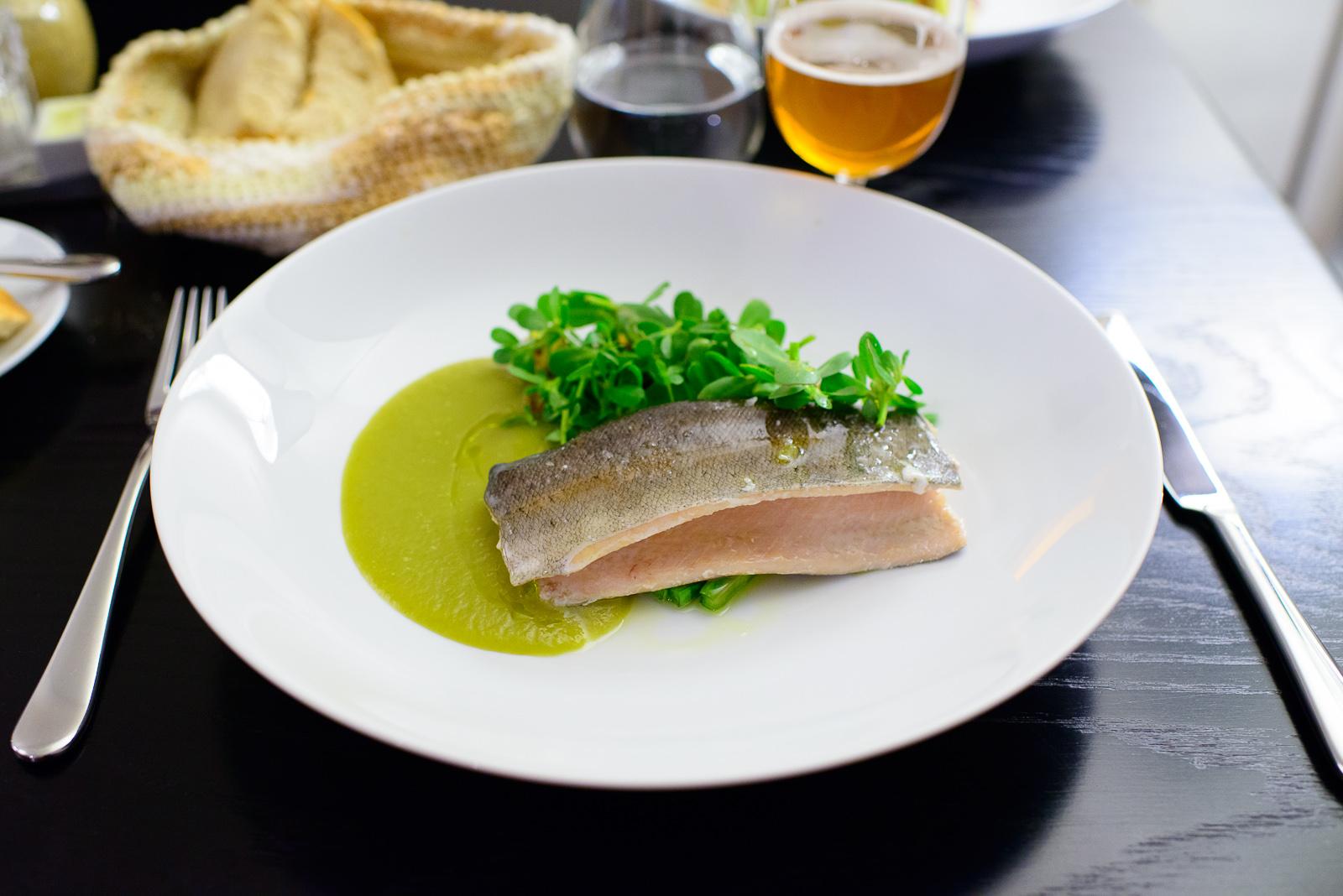 Trucha con verdolagas y caldillo de miltomate (Trout with pursla
