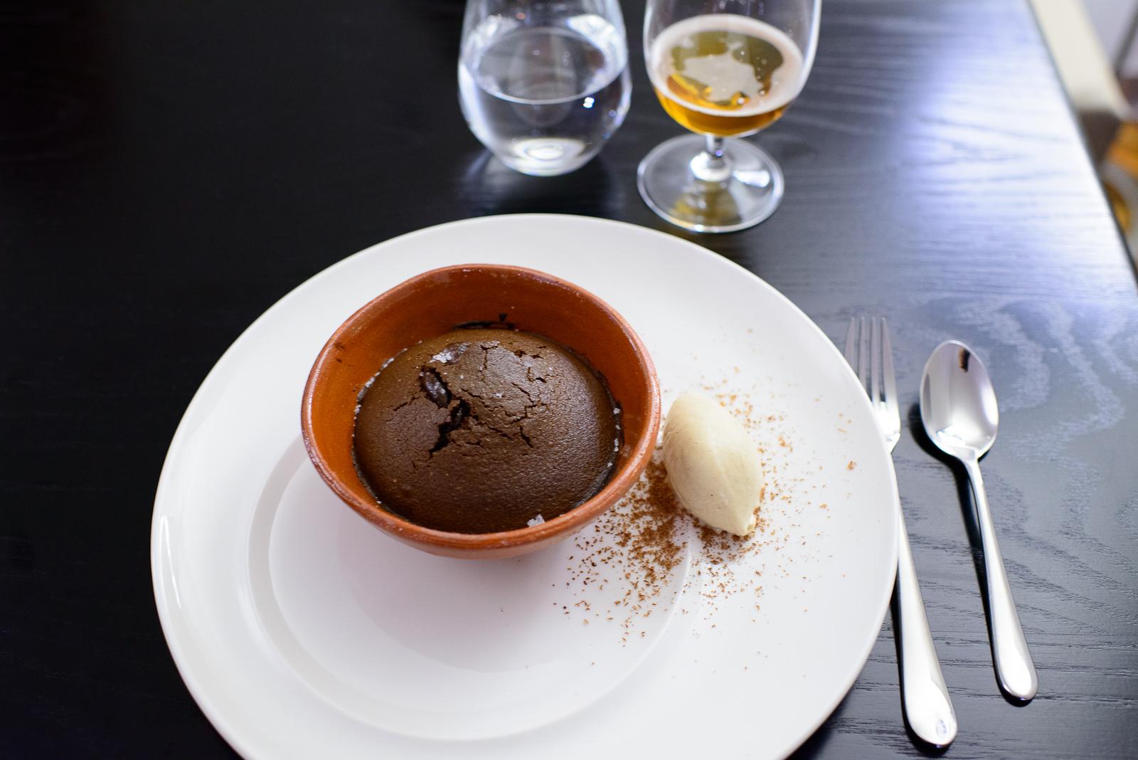 Cazuela de chocolate con helado de pinole (Small pot of baked ch