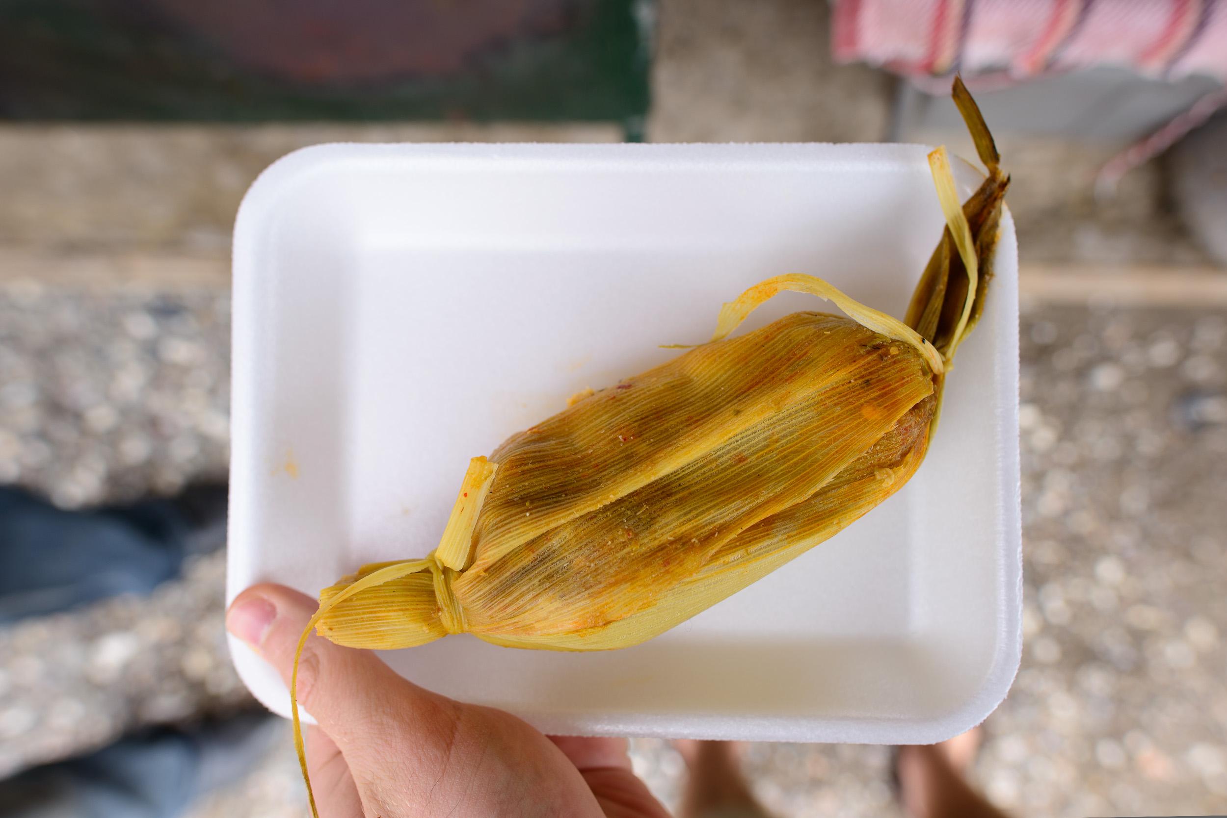 Tamal de camarón con salsa de chile