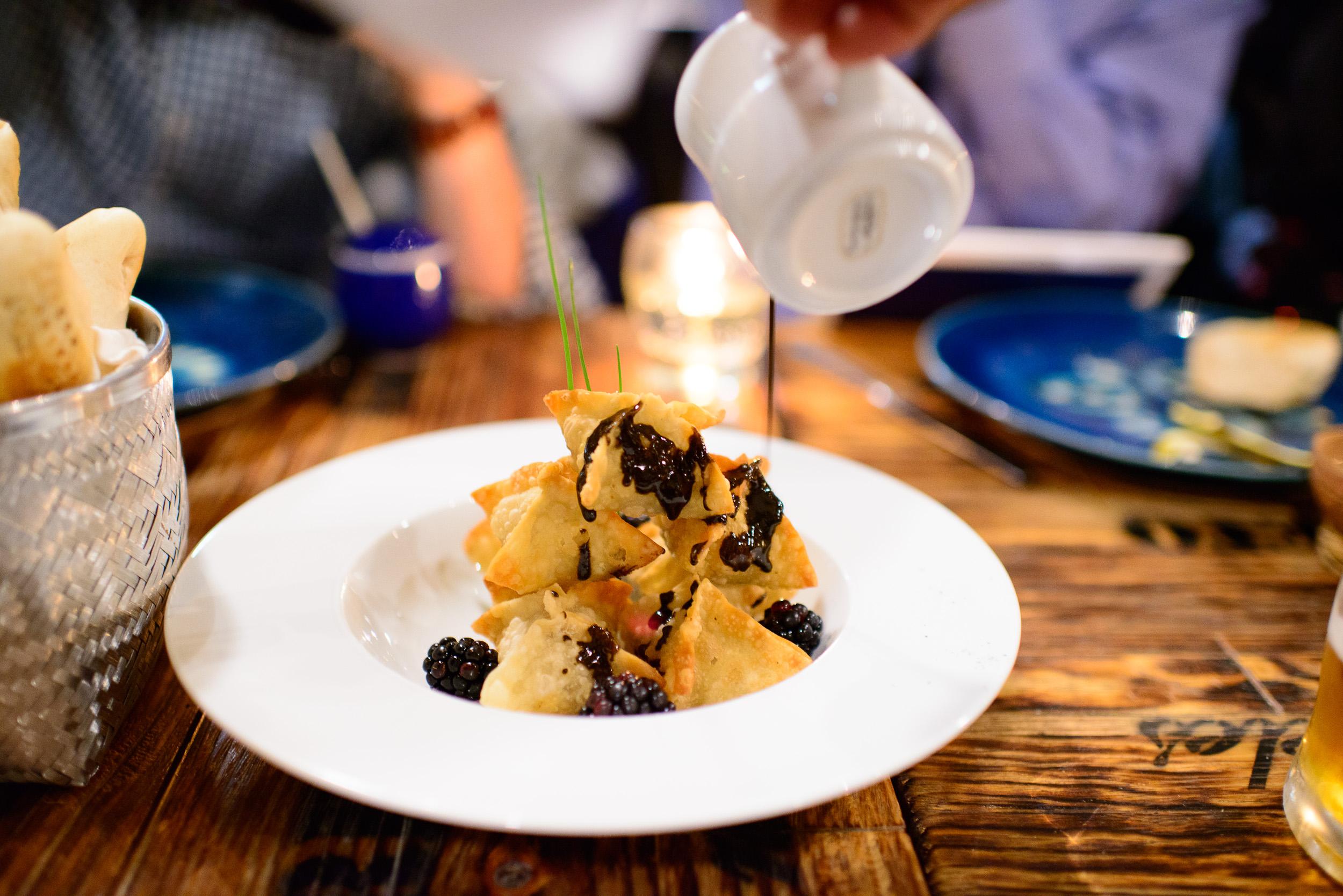 Buñuelos rellenos de pato rostizado, bañados con salsa de mole