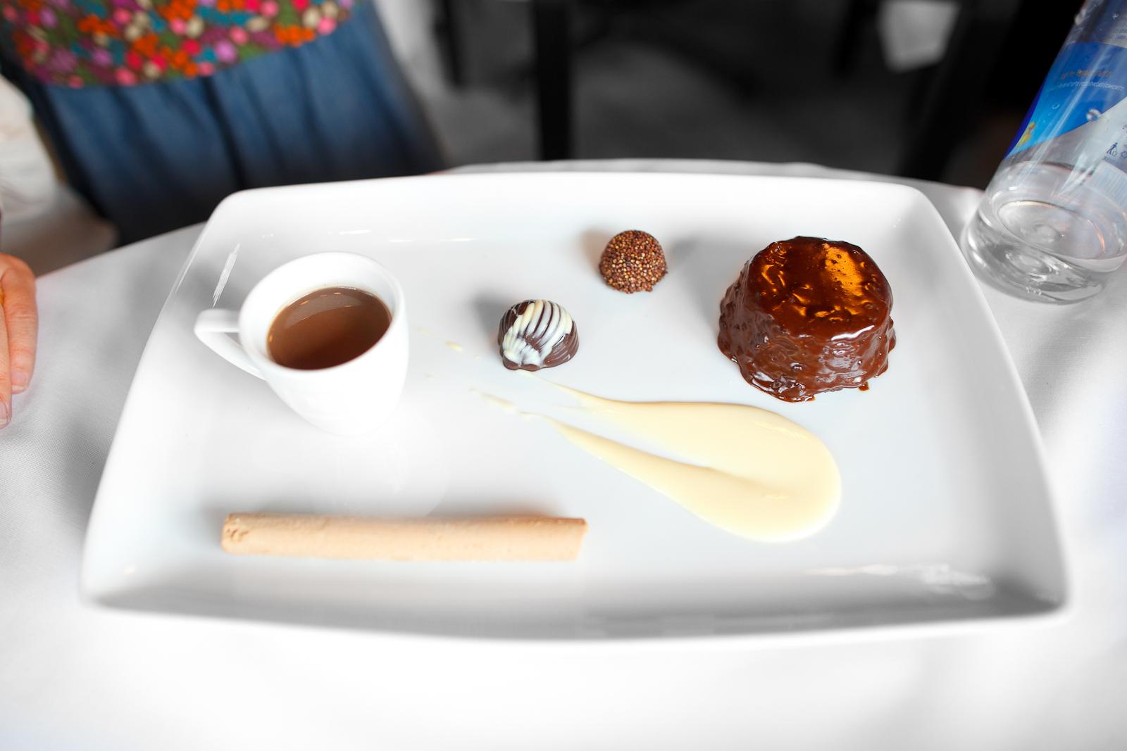 Texturas de chocolate, brownie, mousse, bombón y champurrado, en diferentes porcentajes de cacao (different textures of chocolate: brownie, mousse, candy