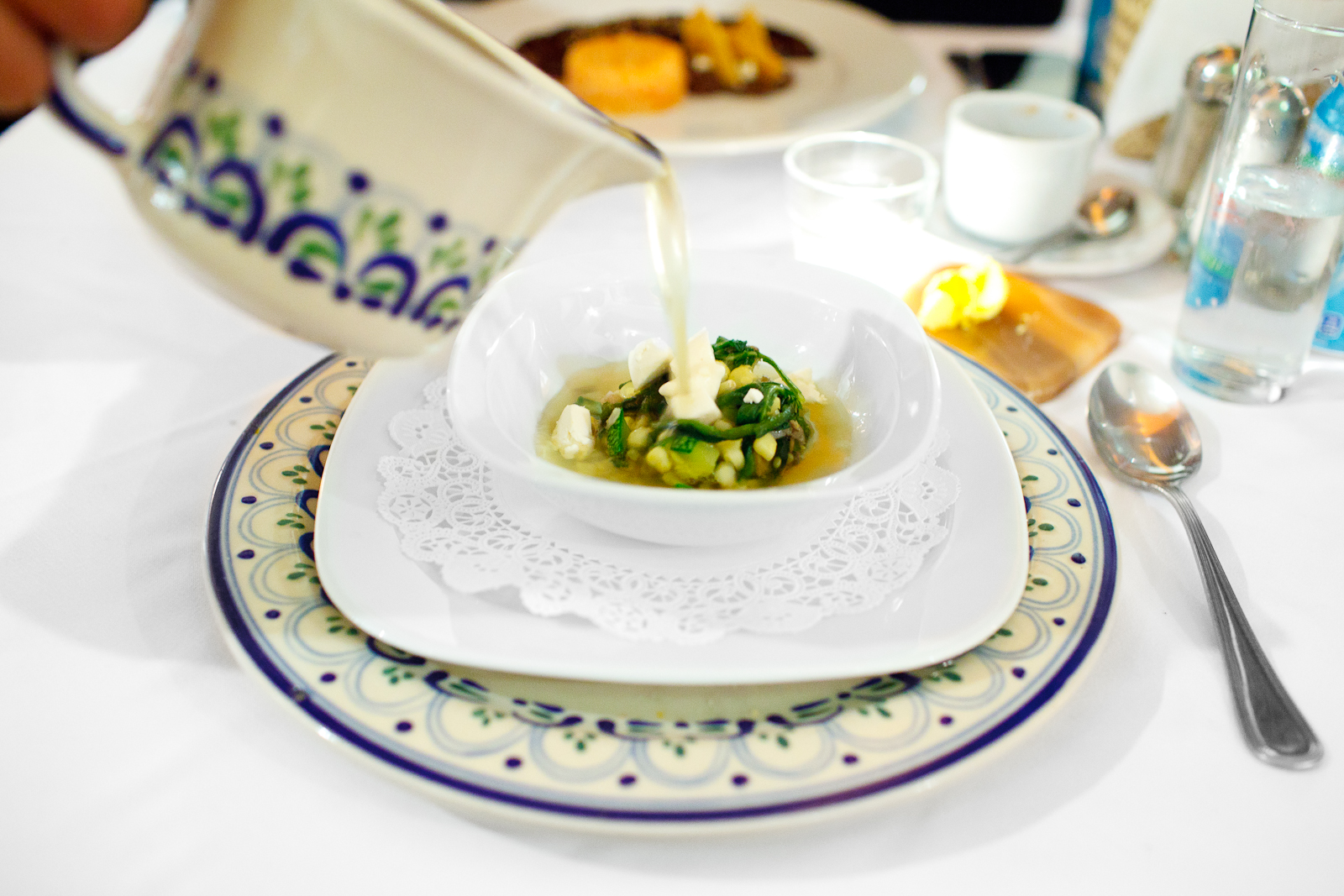 Sopa poblana - Tradicional consomé con rajas poblanas, queso fresco, granos de elote, champiñón, y flor de calabaza con epazote (Pueblan soup of poblano peppers, local cheese