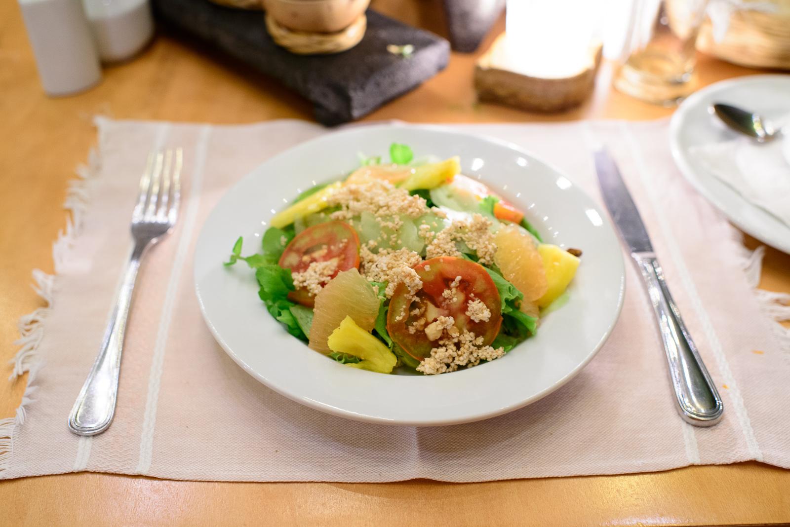 Ensalada de pepino, berros, piña, toronja, y jitomate con vinag