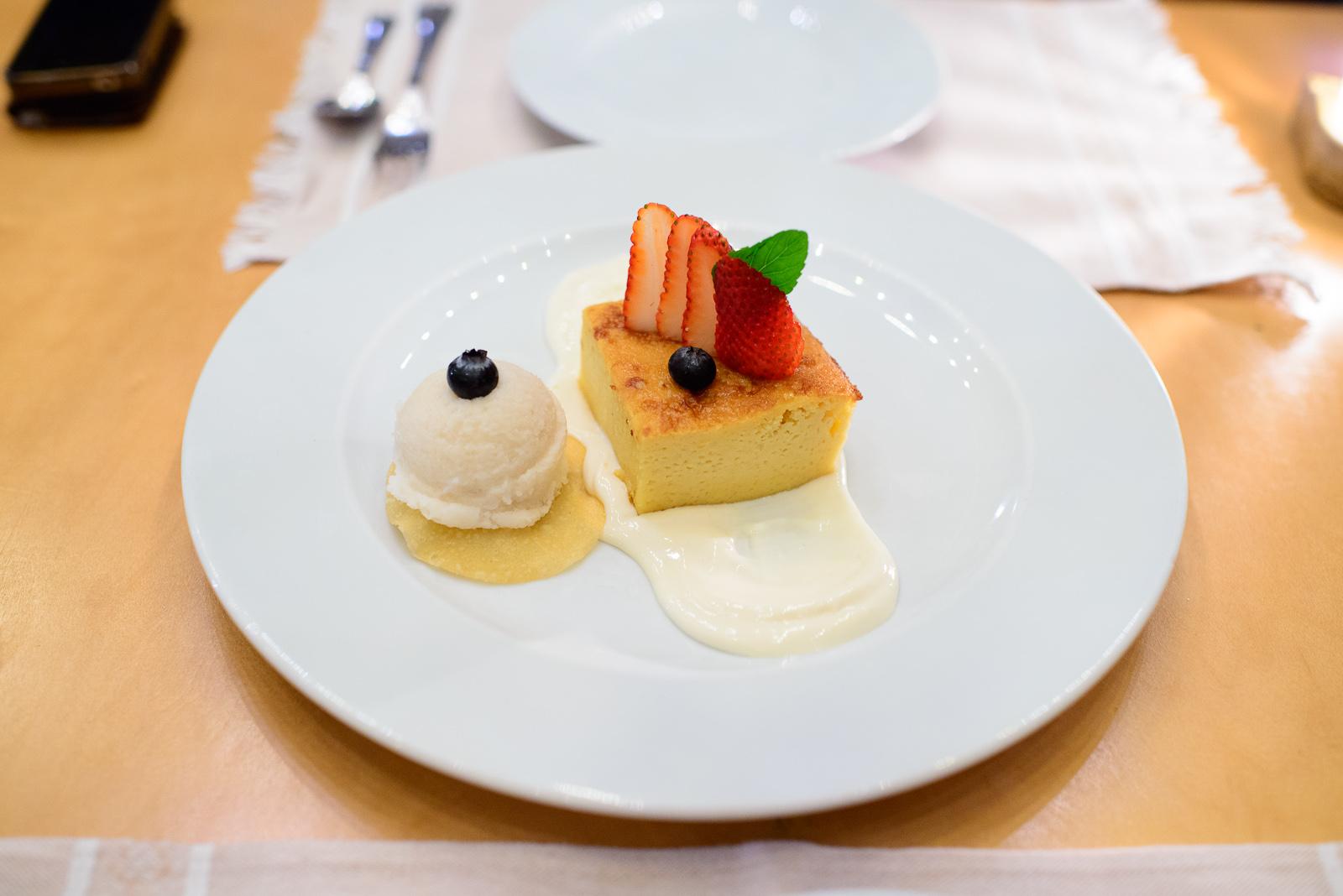 Pastel de elite con salsa de limón (Corn cake with lime cream)