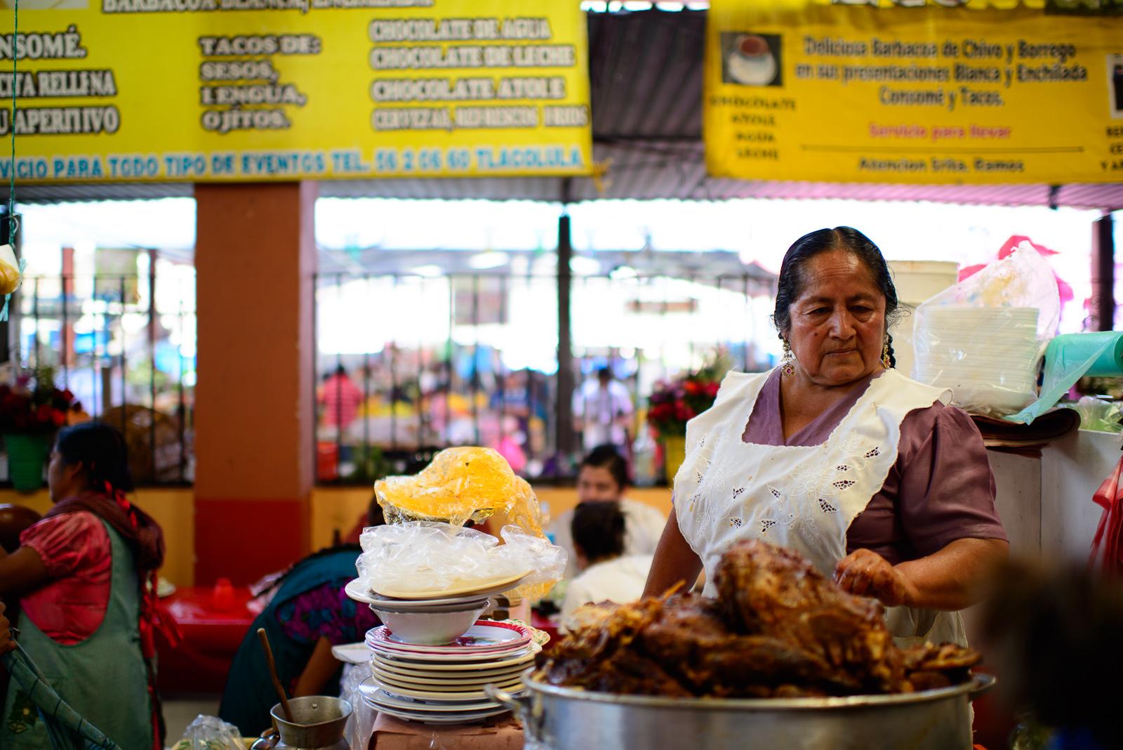 Mujer vendiendo barbacoa